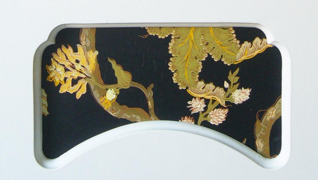 Detail eines Schranks mit eingerahmter vintageTapete