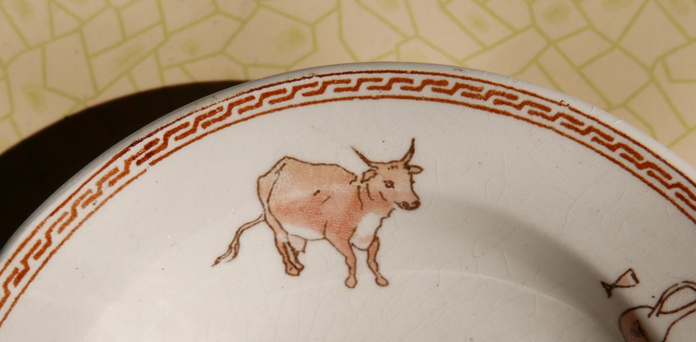 Abbildung einer Kuh auf einem Kinderteller