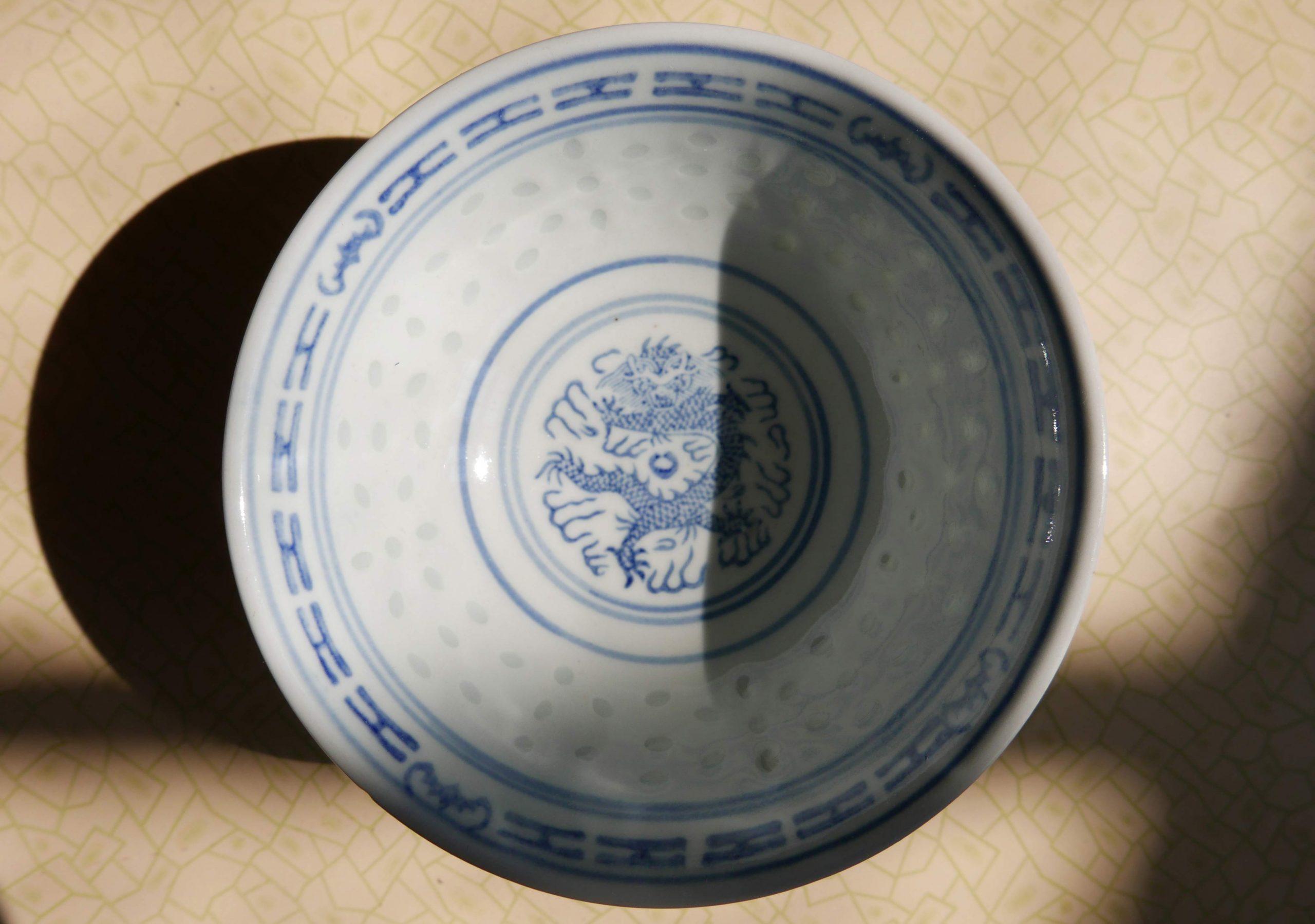 Drache als Motiv auf der chinesischen Schale