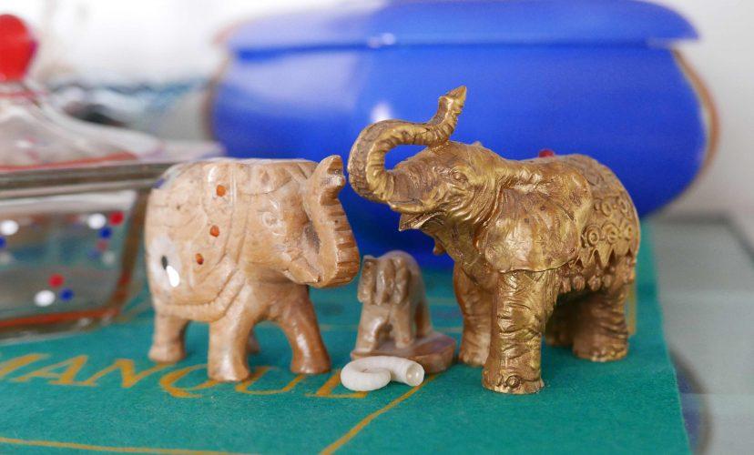 FIguren der Elefanten mit einem Elefantenbaby