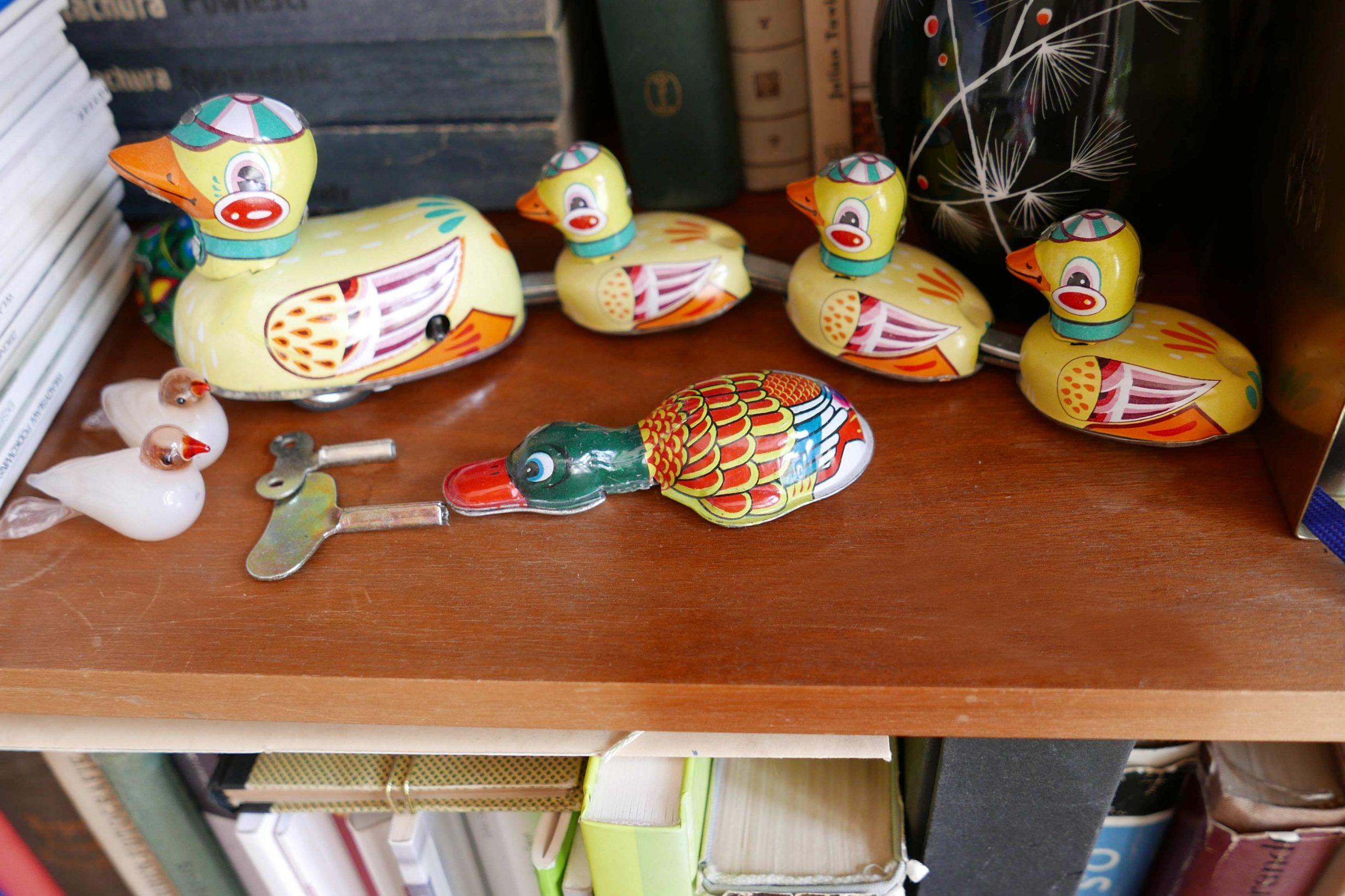 Blechspielzeug Ente mit kleinen Entlein im Regal