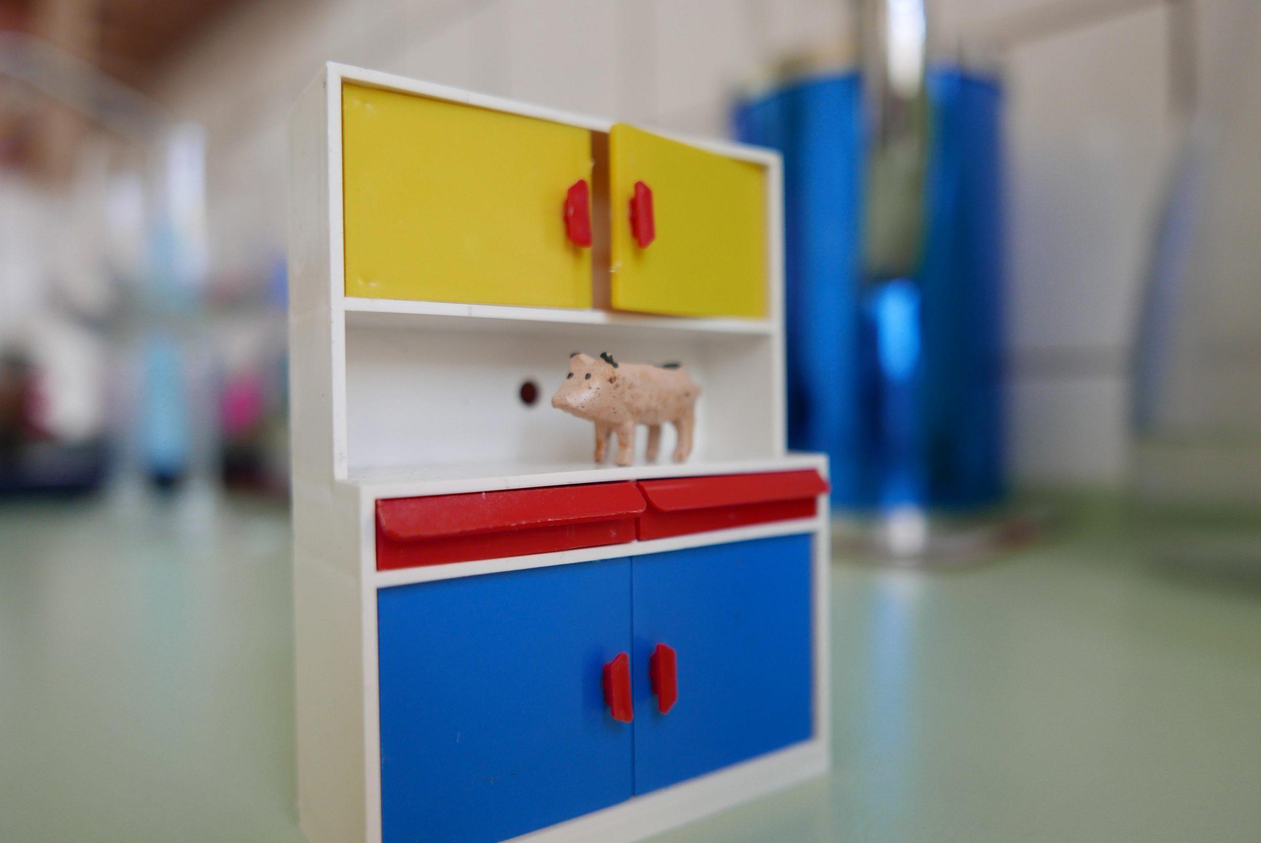 Puppenhaus Küchenschränke und ein mini Ferkel aus Holz