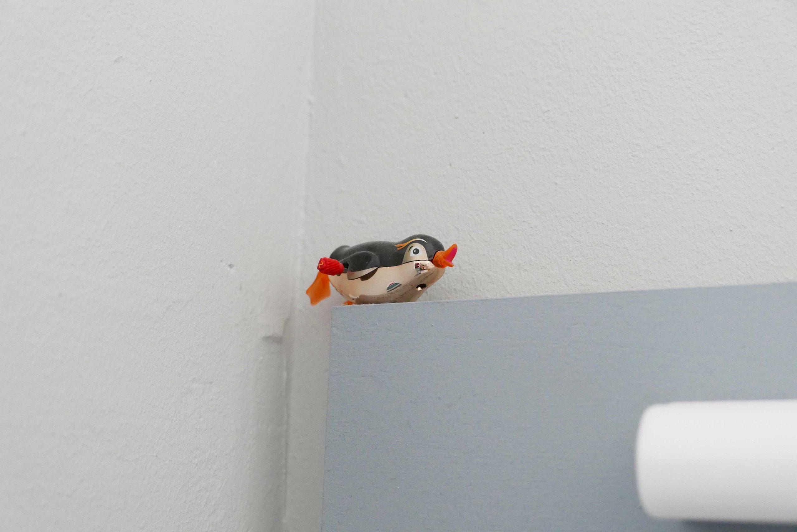 Plastikpinguin zum Aufziehen im Badezimmer