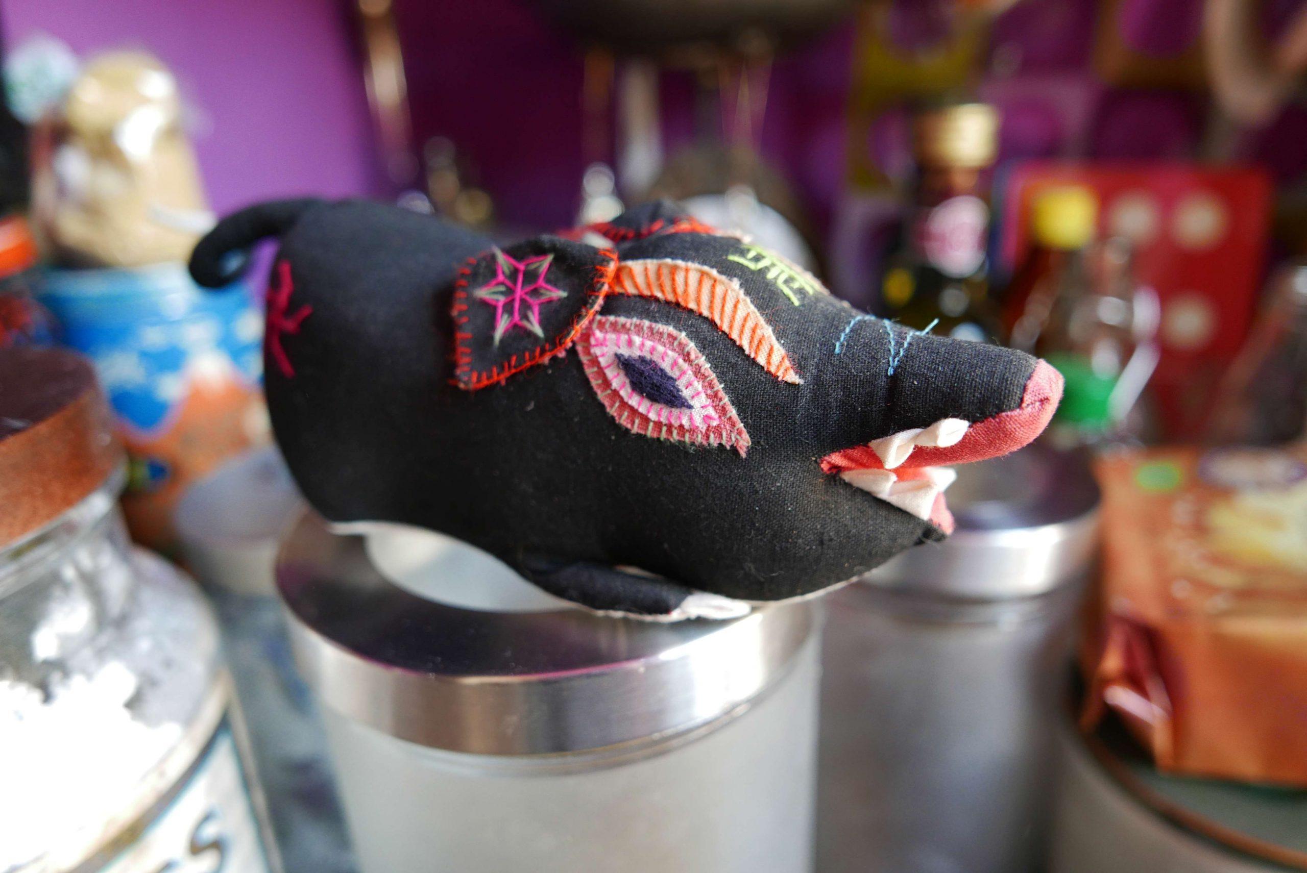 asiatisches Wildschwein aus Stoff mit Stickereien in der Speisekammer