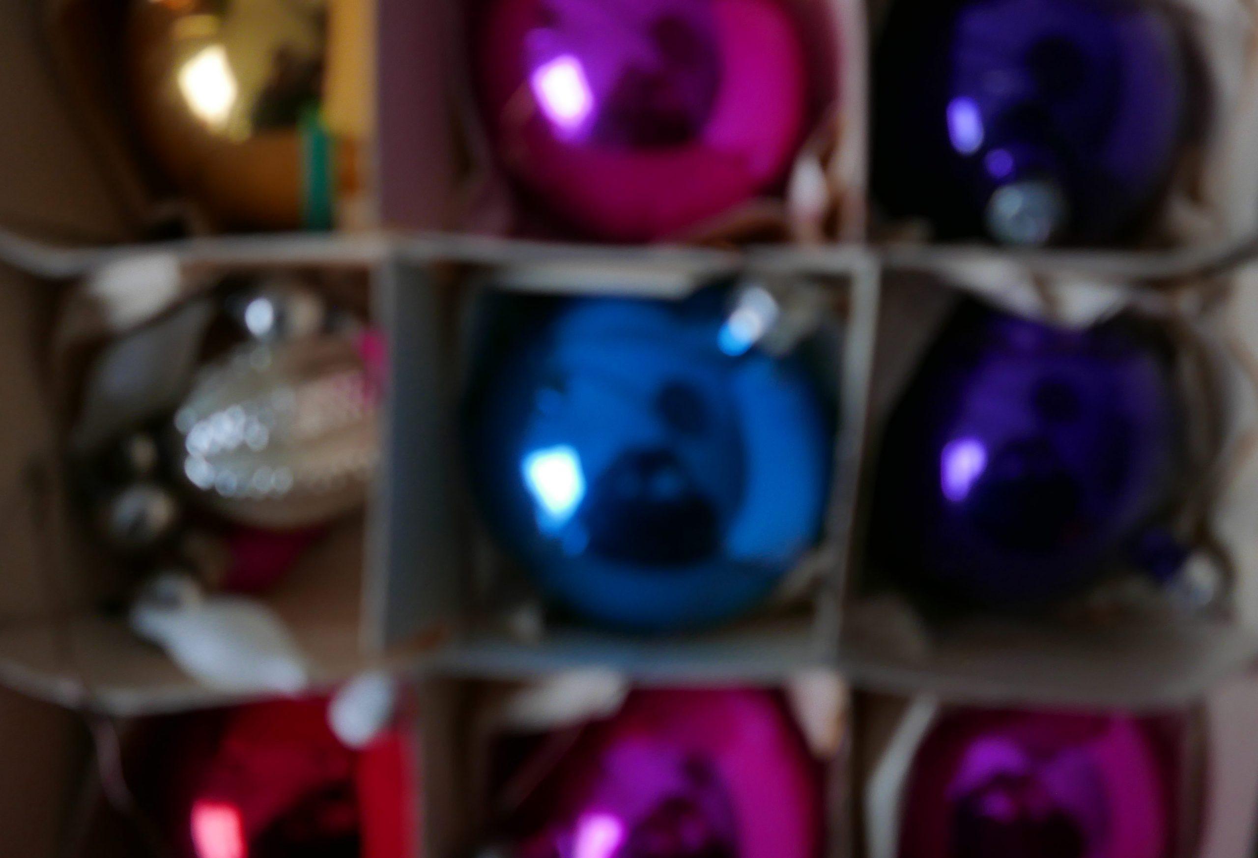 Bunte Weihnachtskugeln im Karton