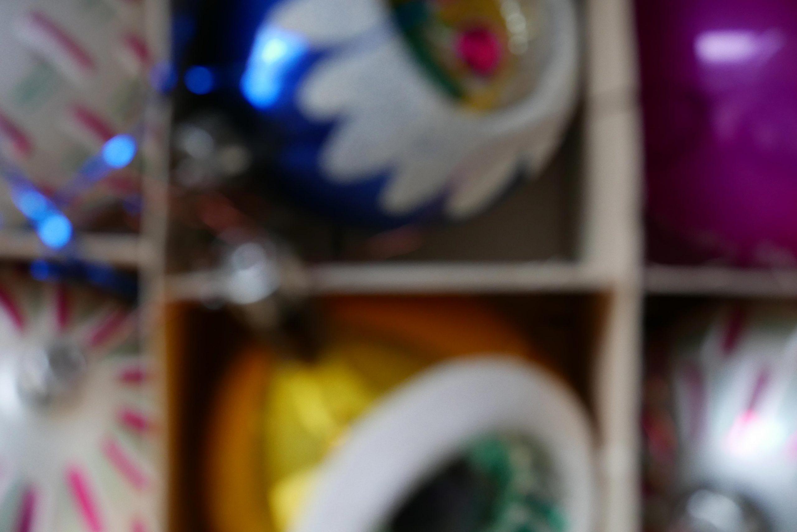Weihnachtsstimmung unscharfe Weihnachtskugeln im Karton