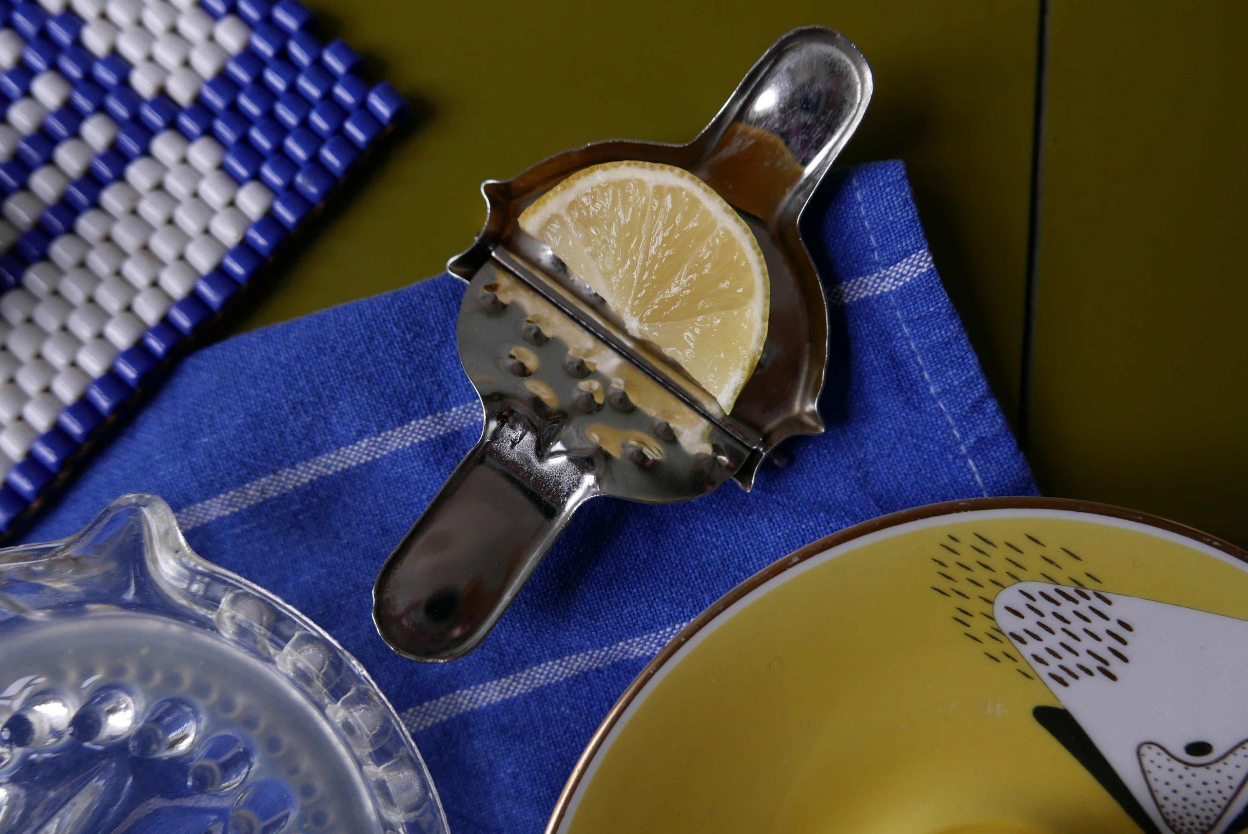 Kleine Zitronenpresse für eine Scheibe aus Metall