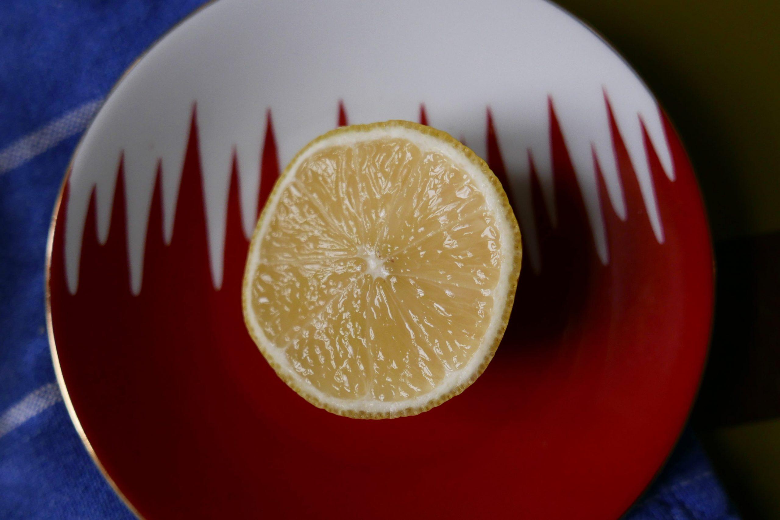 Zitrone auf einer Untertasse mit Schnittfläche nach oben zum Trocknen