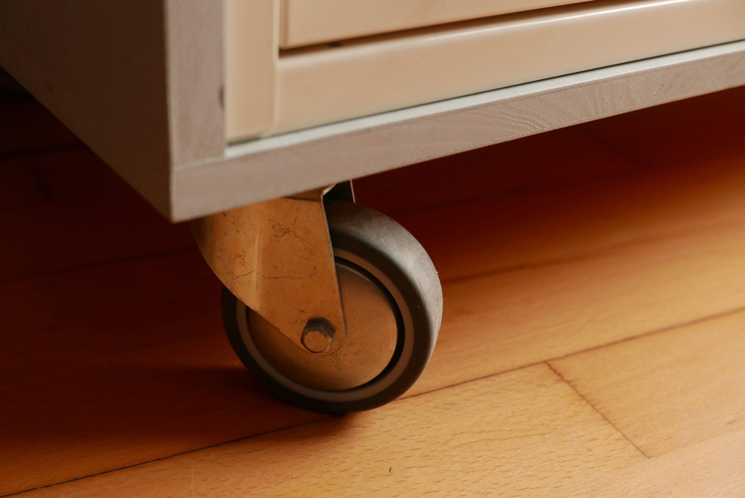 Detail eines Schubladenschranks - eine Gummi Rolle