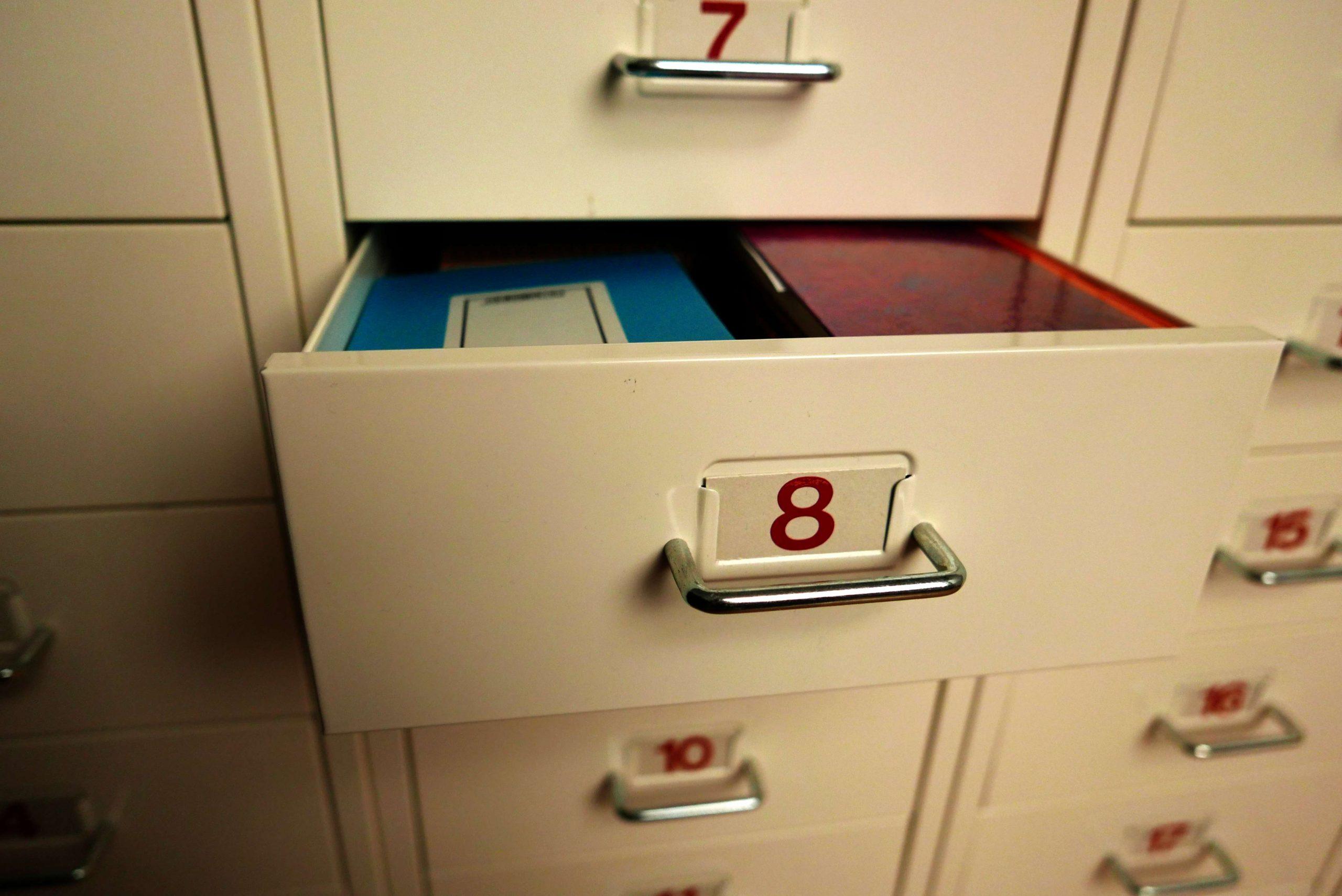 Schublade Nr 8 aus einem Schrank ausgezogen