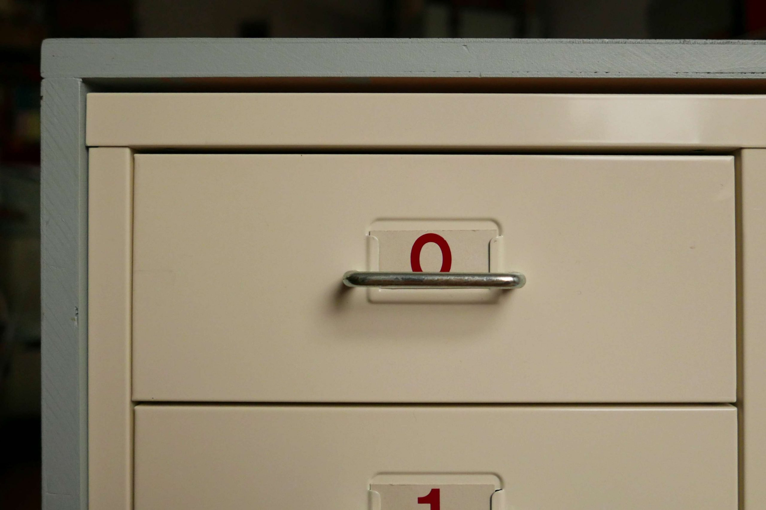 Schublade mit Nummer 0 Schild