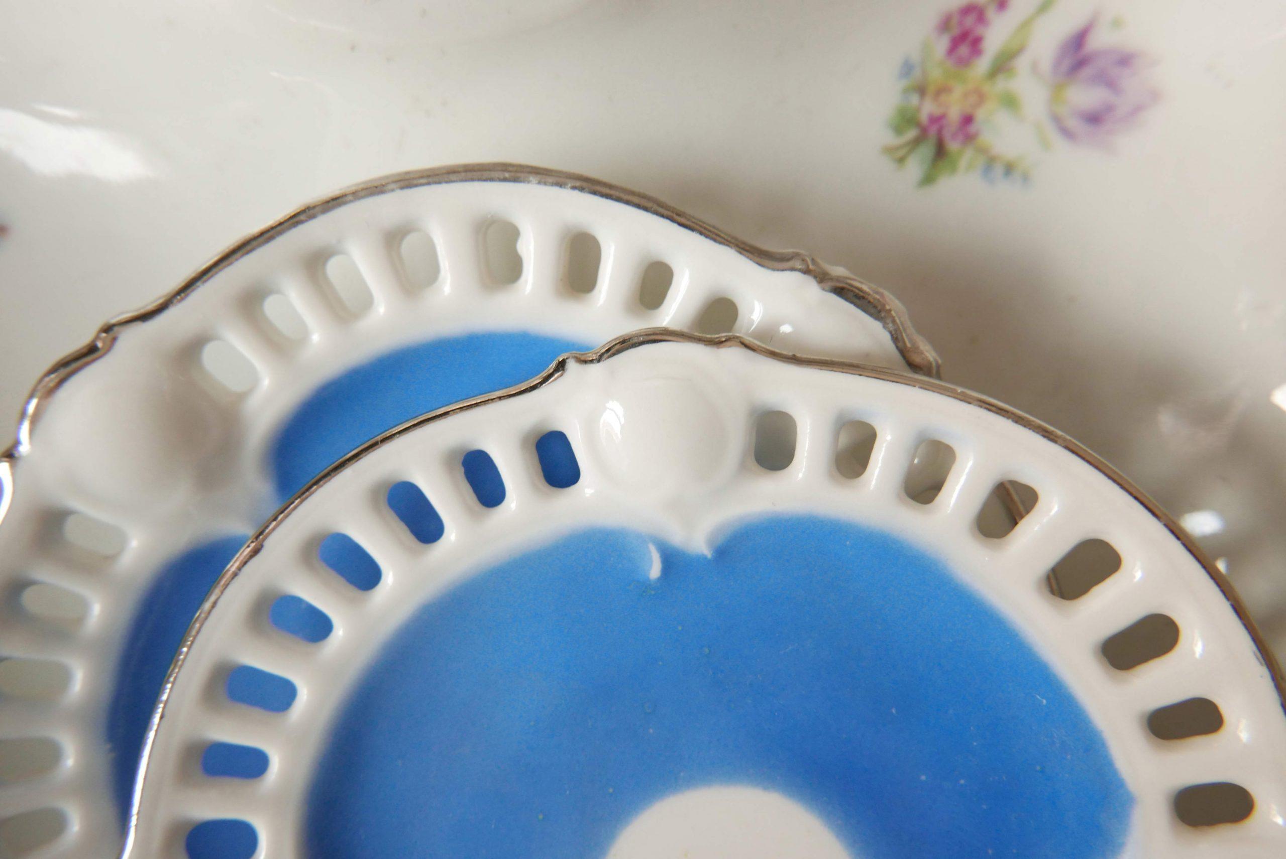 Zwei kleine blaue Tellerchen mit Lochmuster am Rand