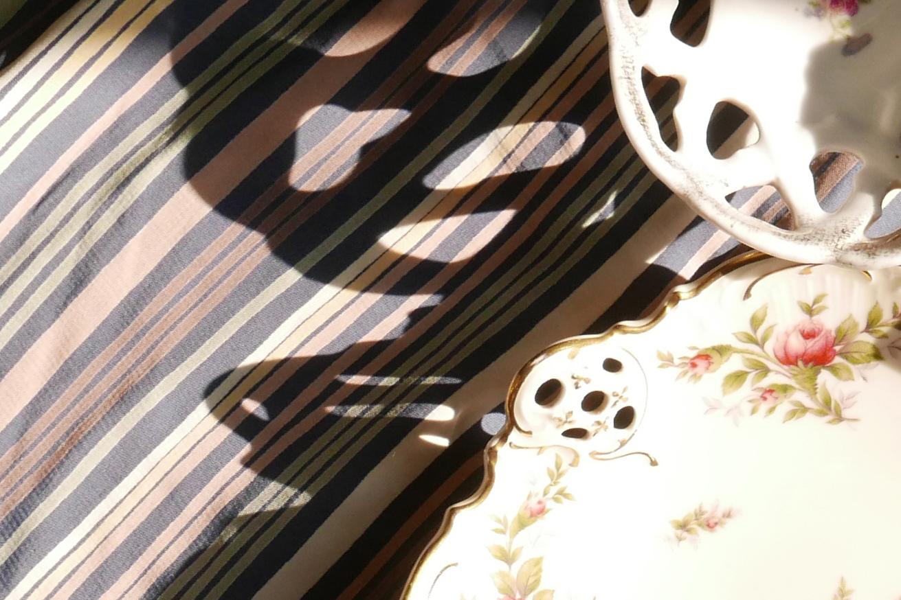 Schattenwurf der Lochmuster von Porzellan