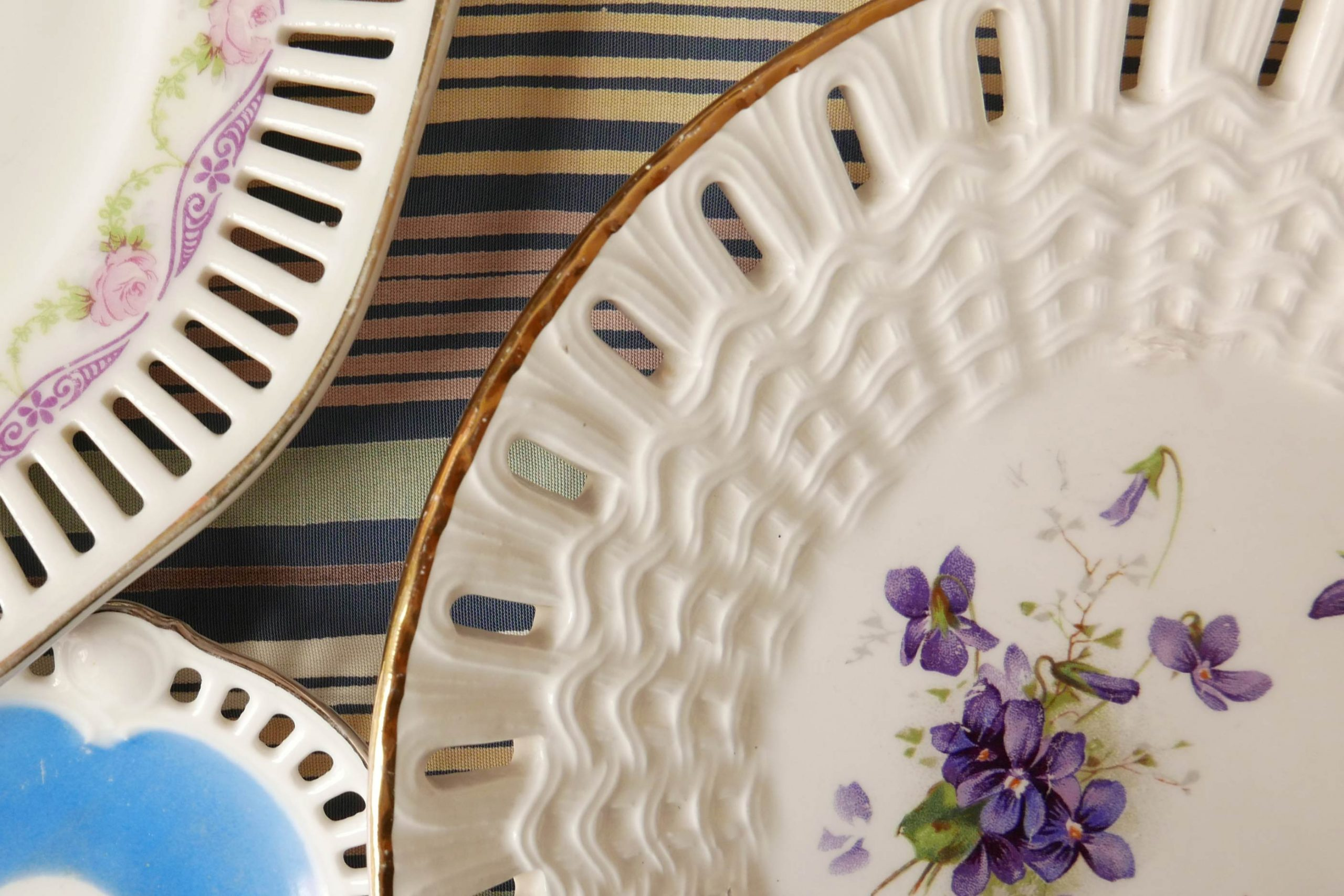 Tellerrand Durchbruchporzellan mit floralen Mustern