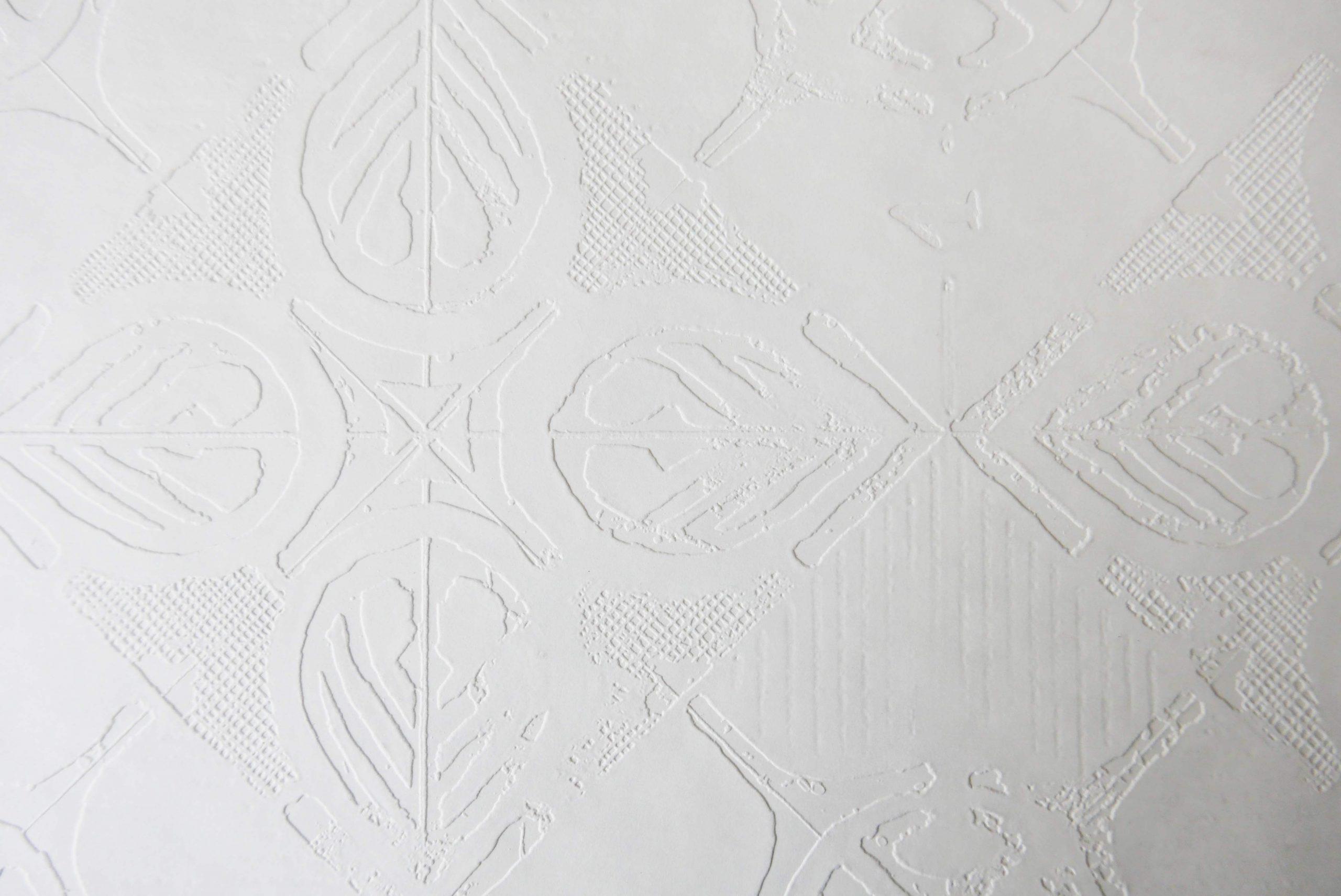 Weisses Papier und Prägedruck hier und jetzt und Zukunftsvisionen