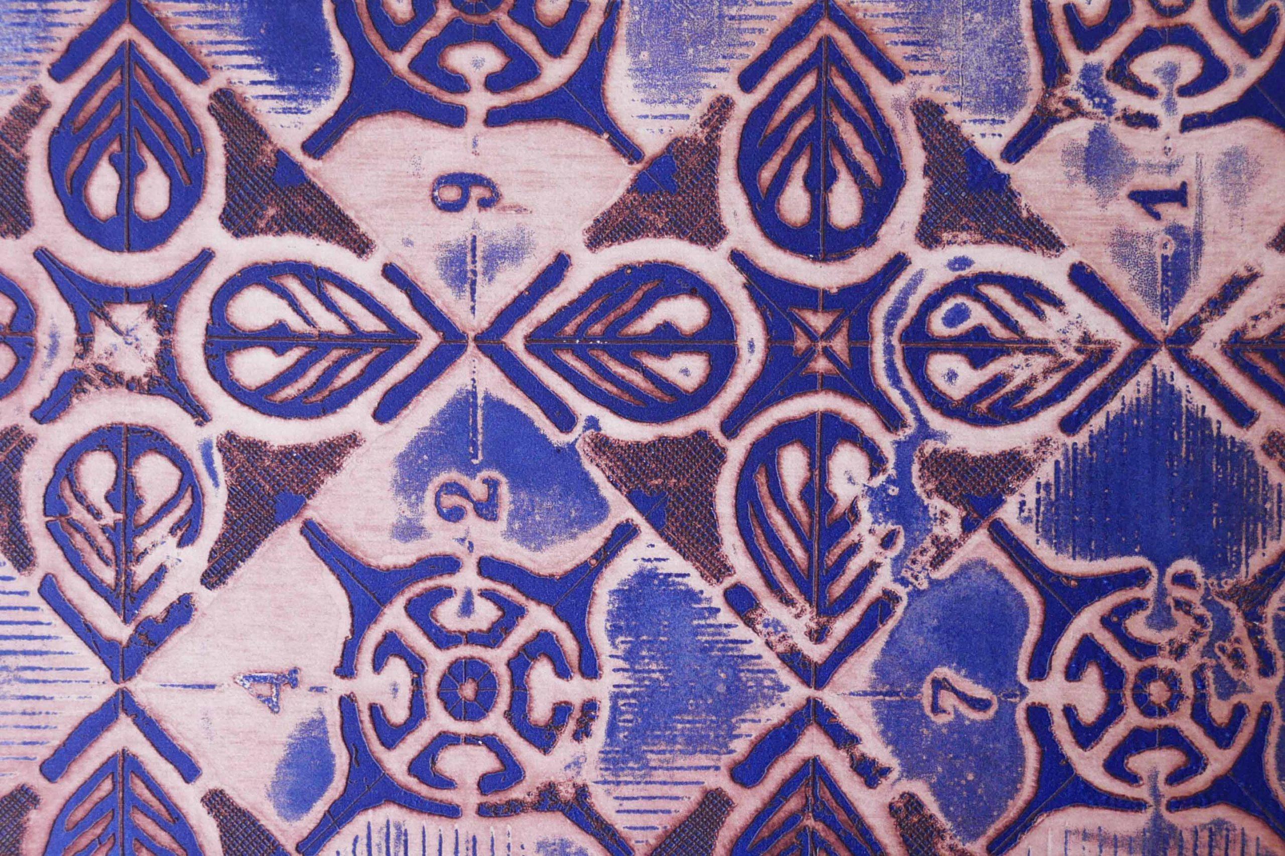 Druckgrafik Prägedruck blau und rote Ränder Ornamentk