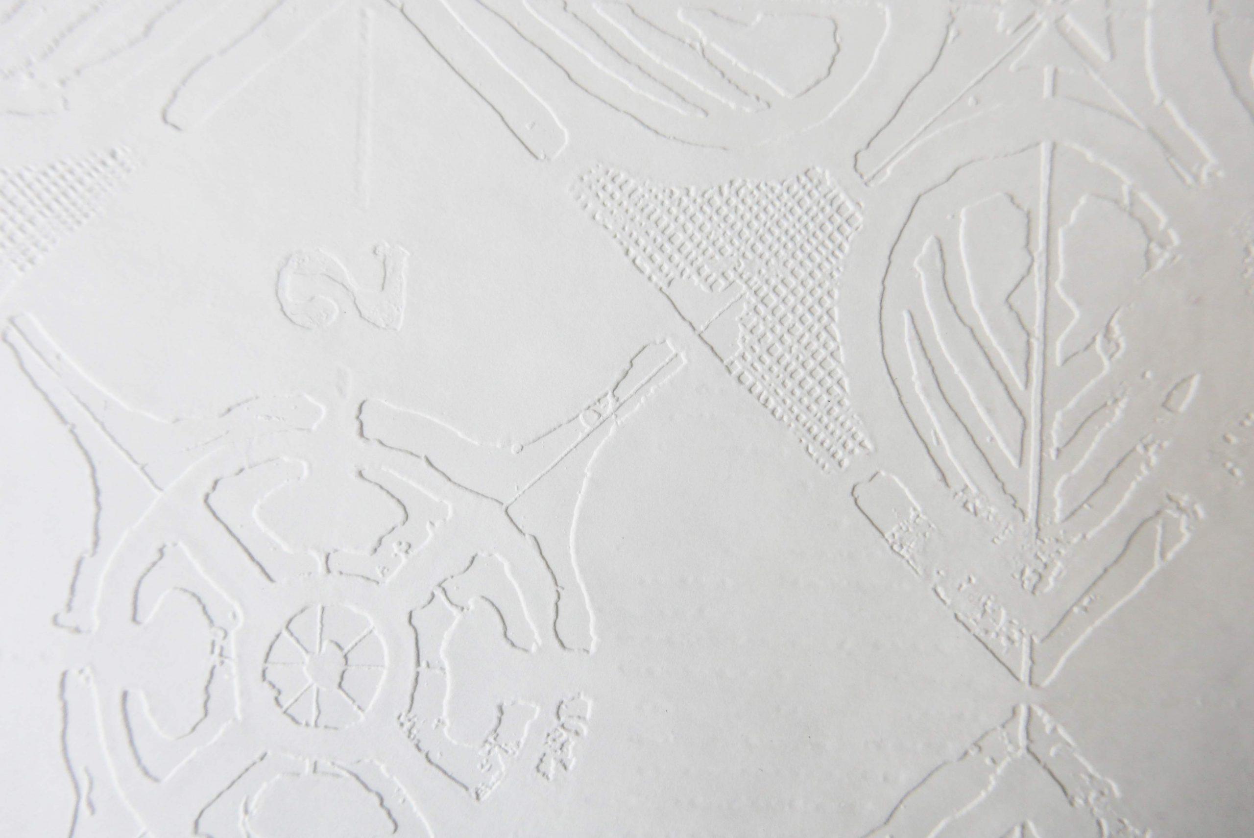 Prägung Ornamentik auf weissem Papier