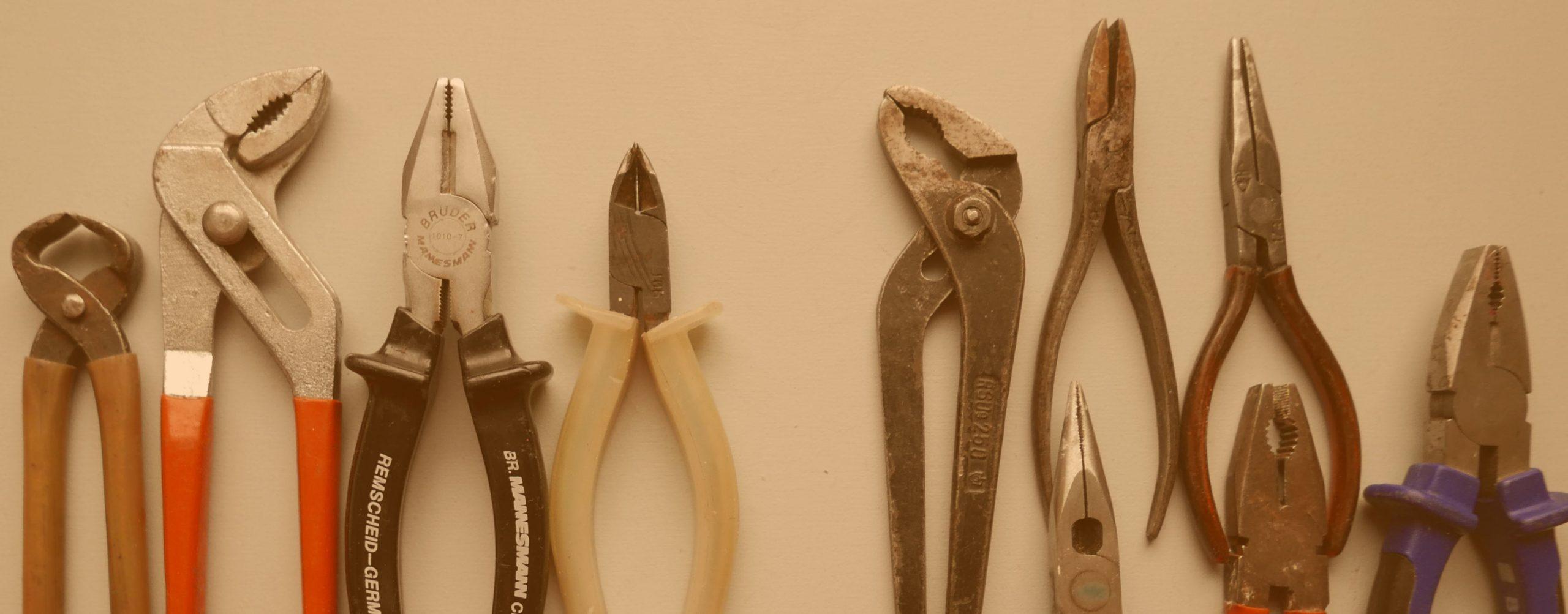 Sammlung von verschiedenen Zangen Werkzeug Reparieren Umbauen