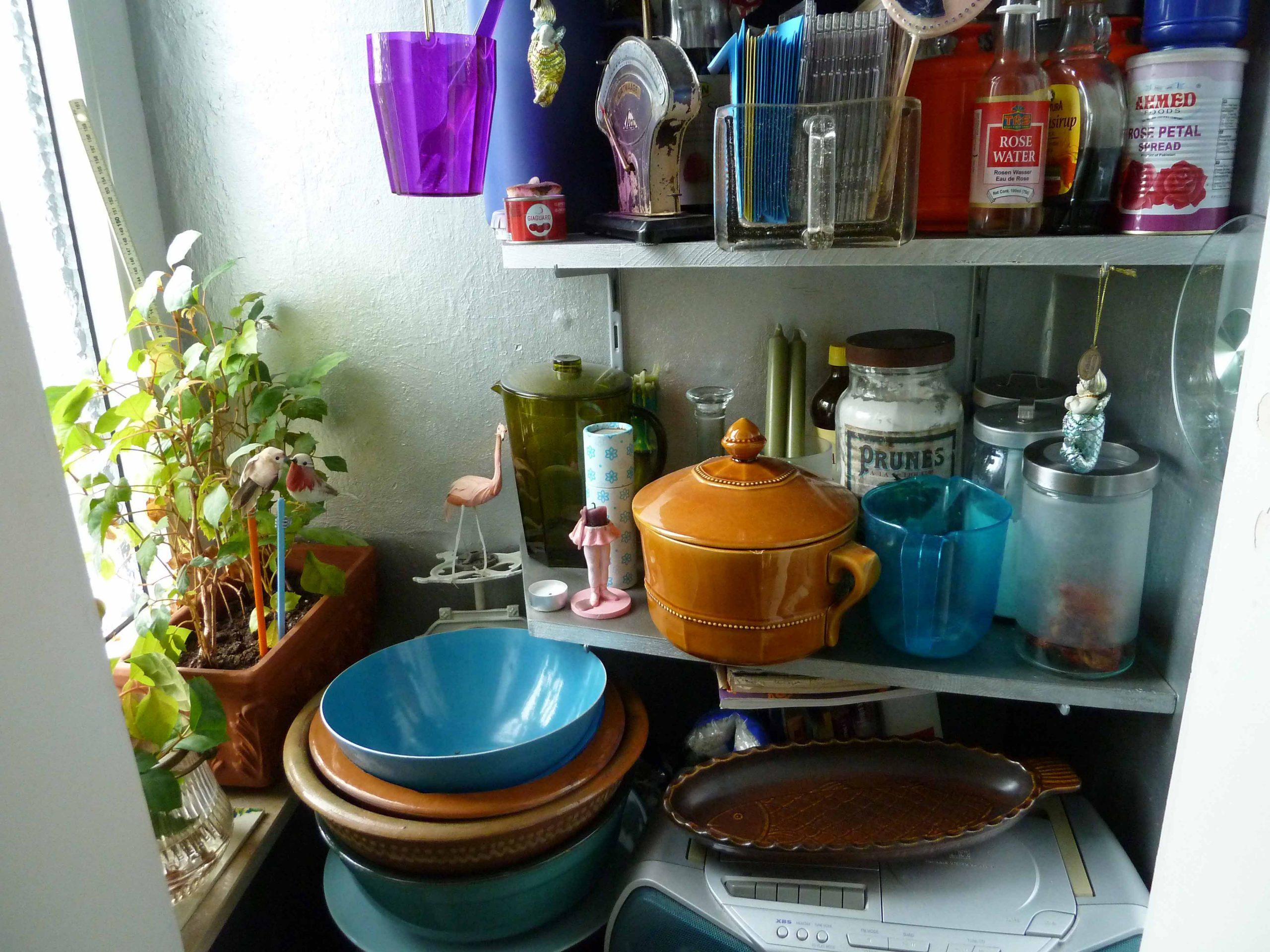 Kleinster Raum besonders wichtig: Speisekammer, viele Gegenstände auf engstem Raum