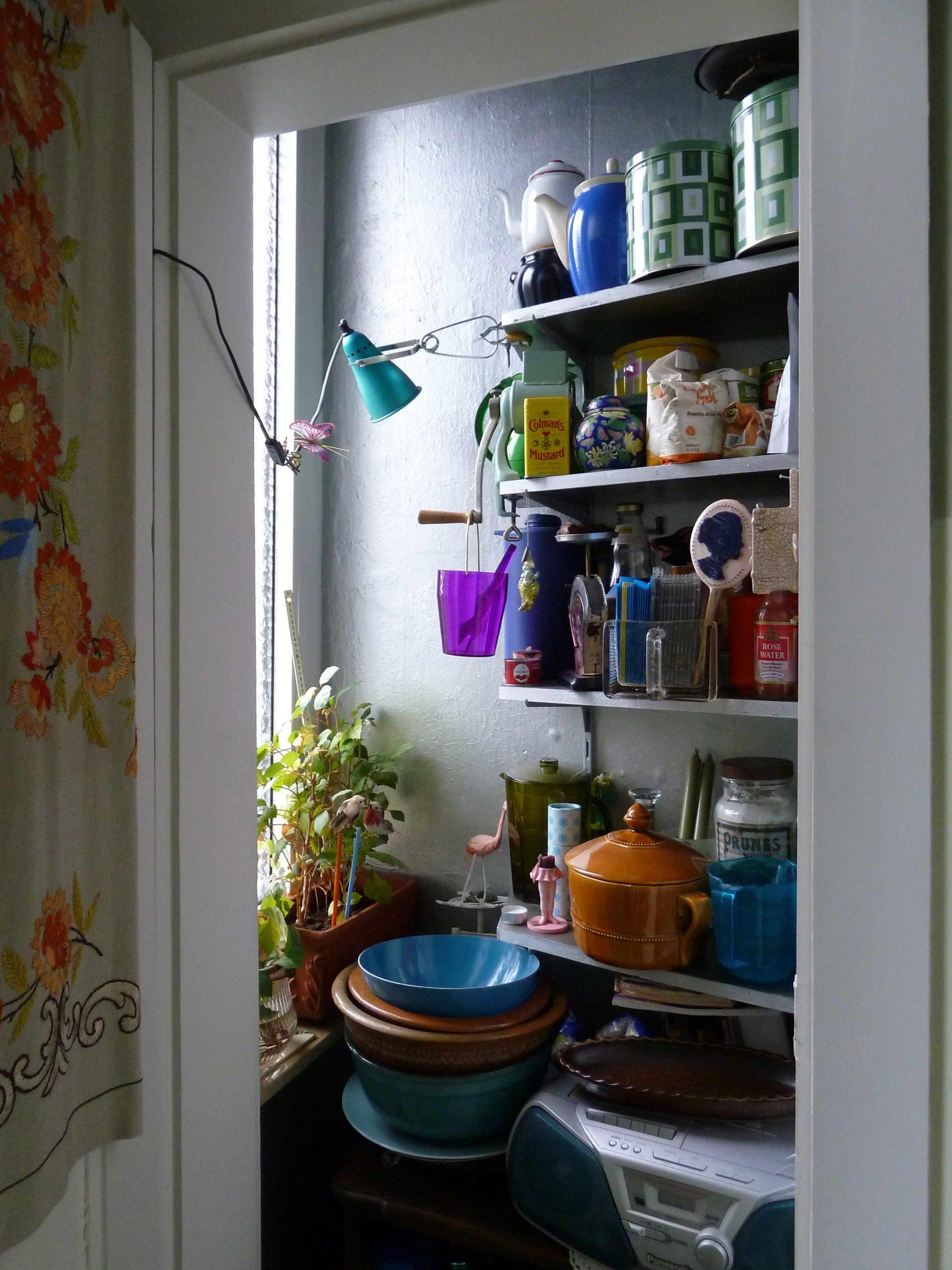 Kleinster Raum besonders wichtig: Speisekammer mit Regallen voller Dosen und Sachen