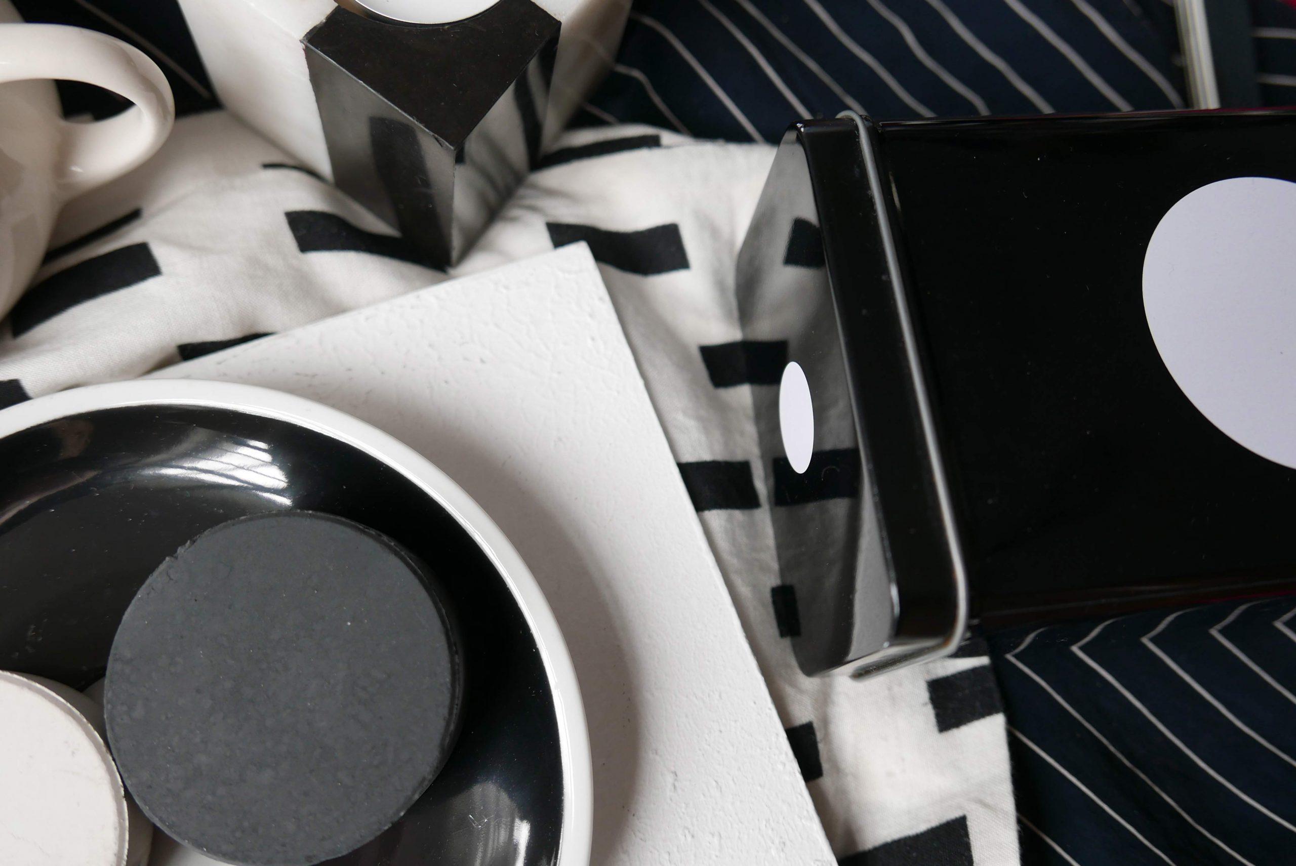 Schwarze und Weisse Gegenstände Stillleben Spiegelungen