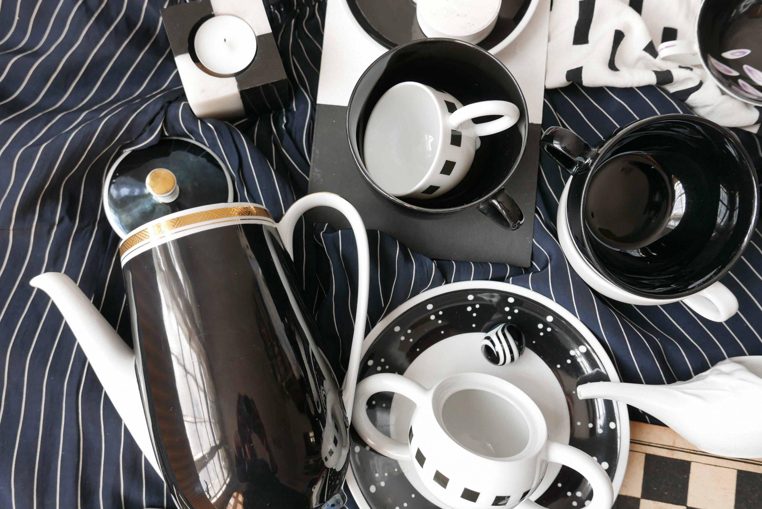 Schwarz und Weiß – der Kontrast Porzellan und Glasgefäße Kaffeekanne