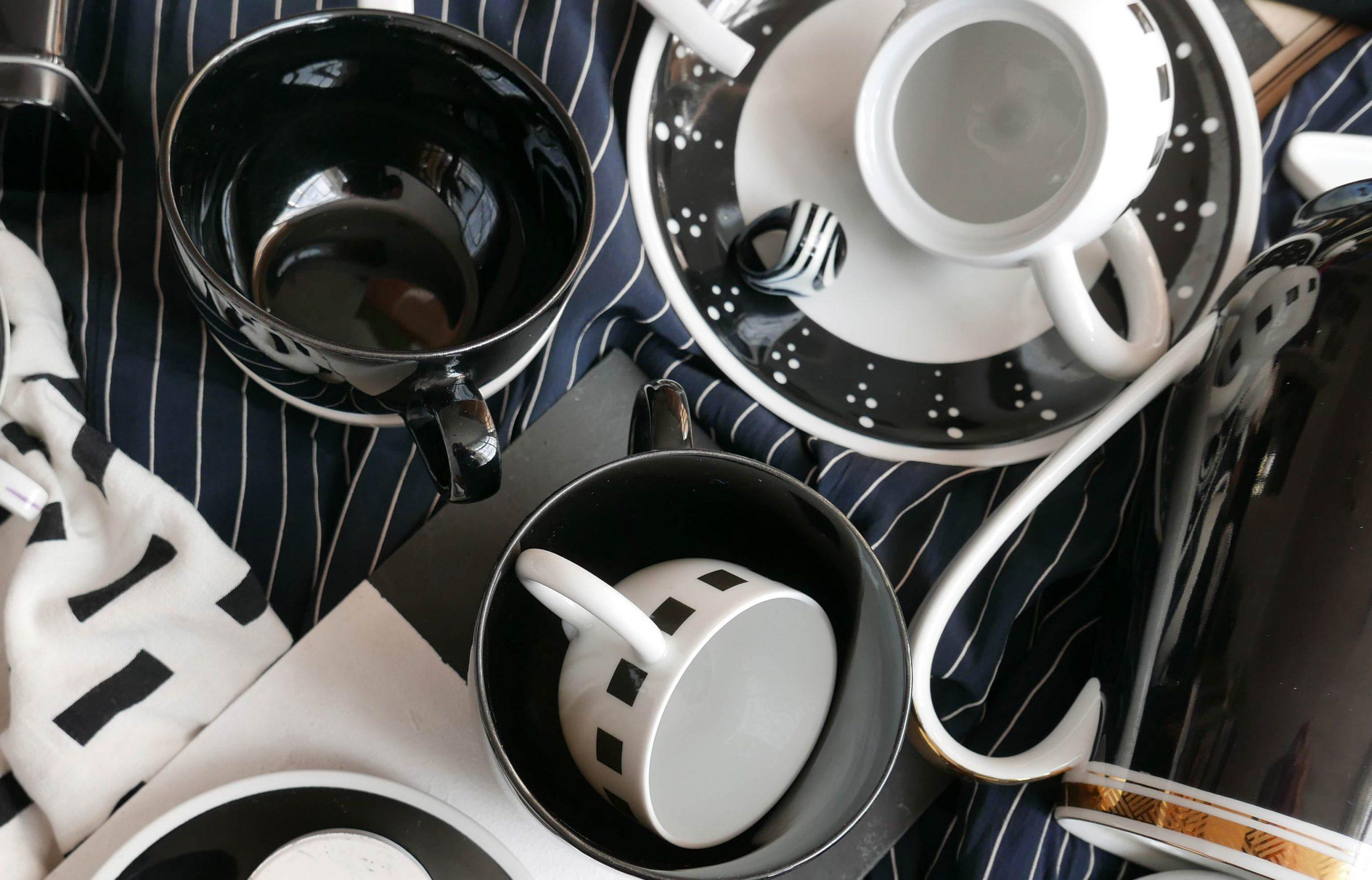 Kontraste in schwarzen und weissen Porzellangefässen