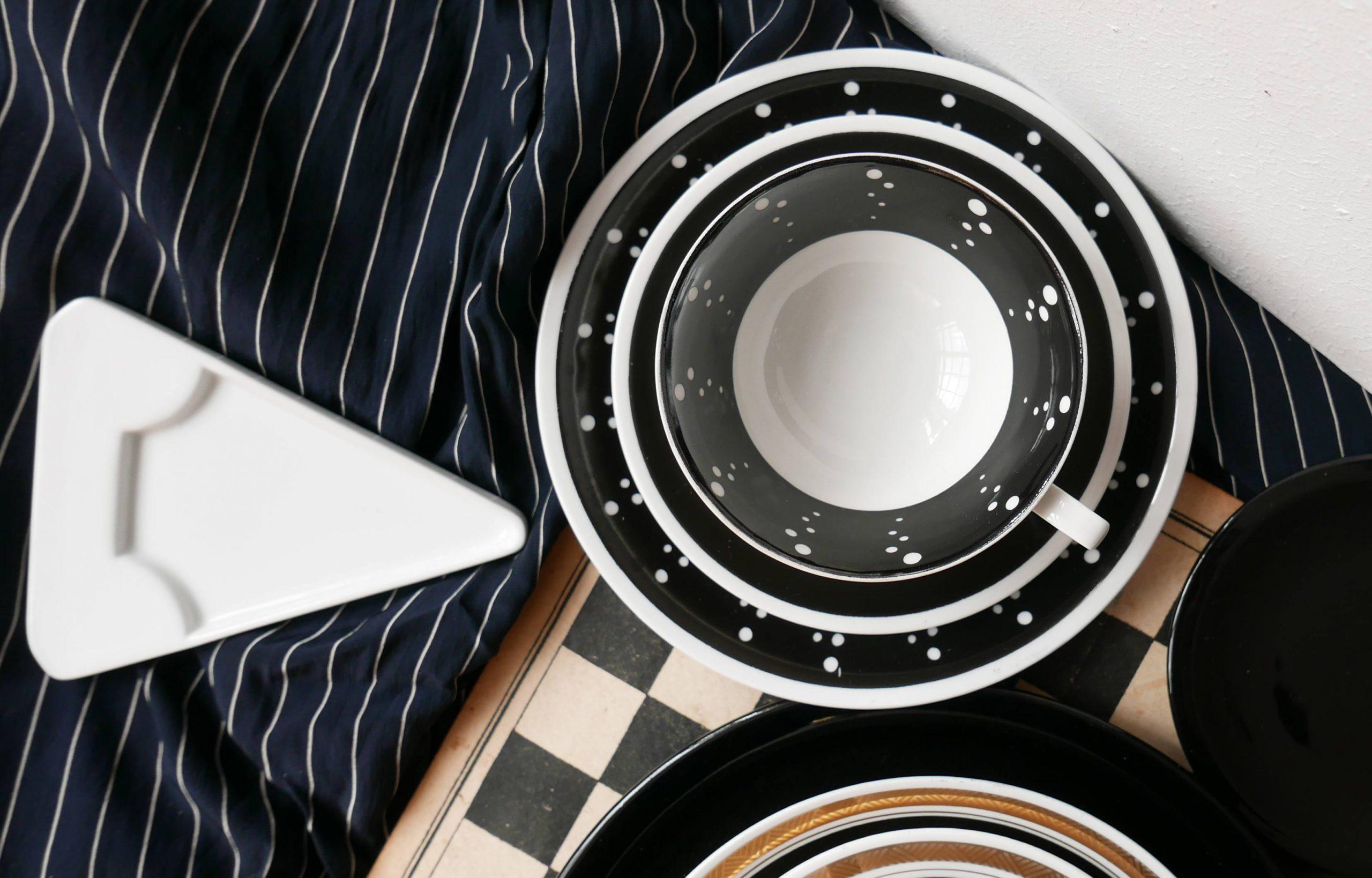 Porzellanset Sammeltasse schwarz mit weissen Punkten