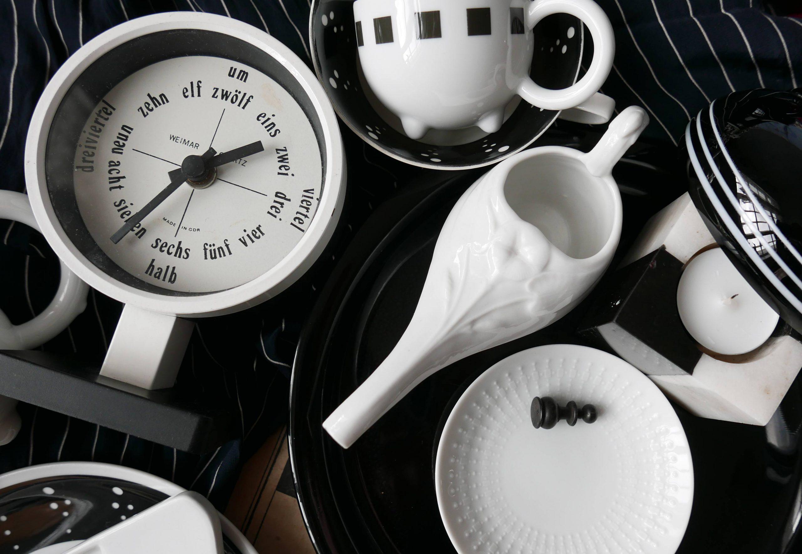 Schwarz und Weiß – der Kontrast mit Porzellan und DDR Uhr