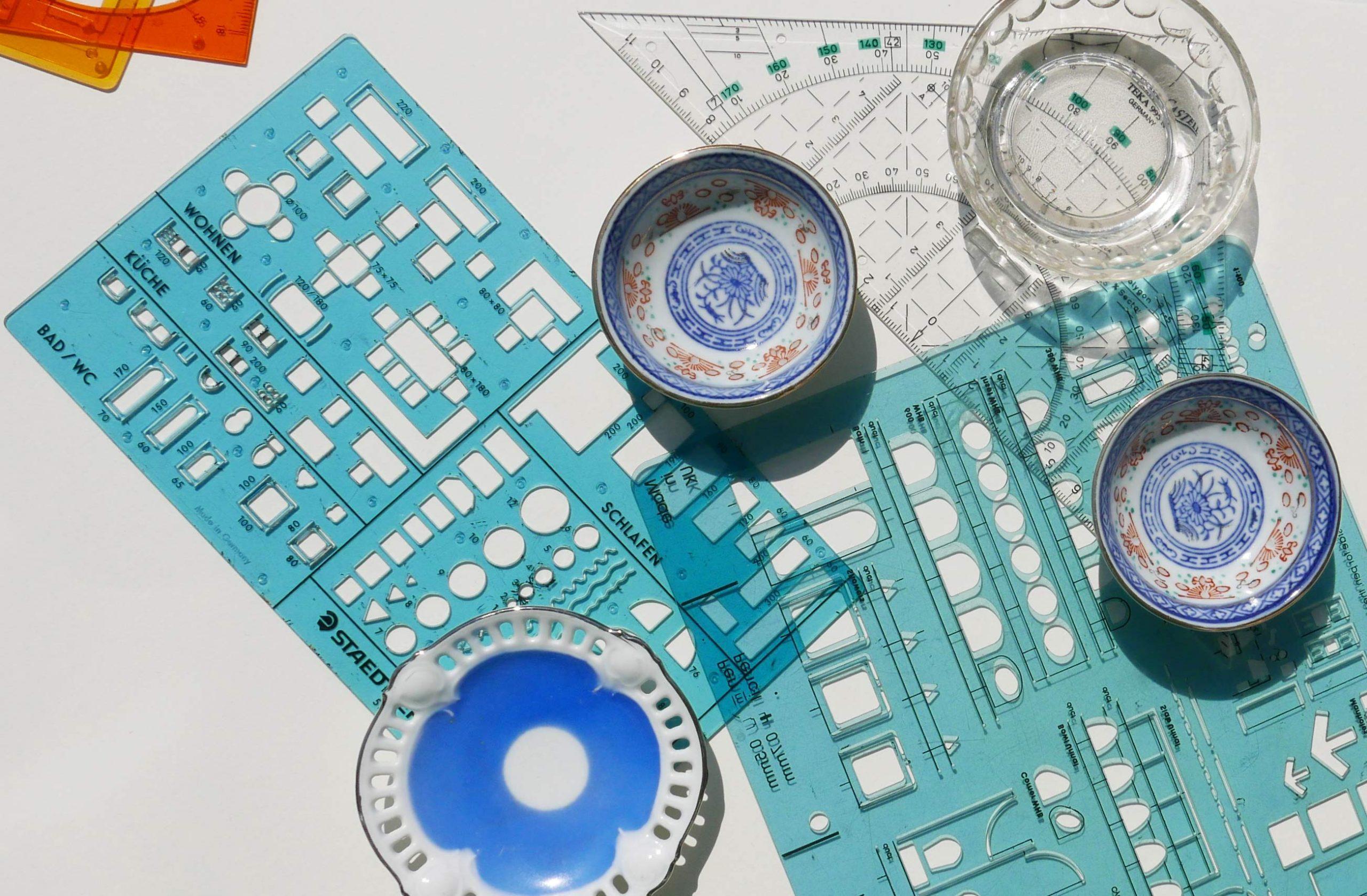 Kleine Porzellanteile und Architekturschablonen