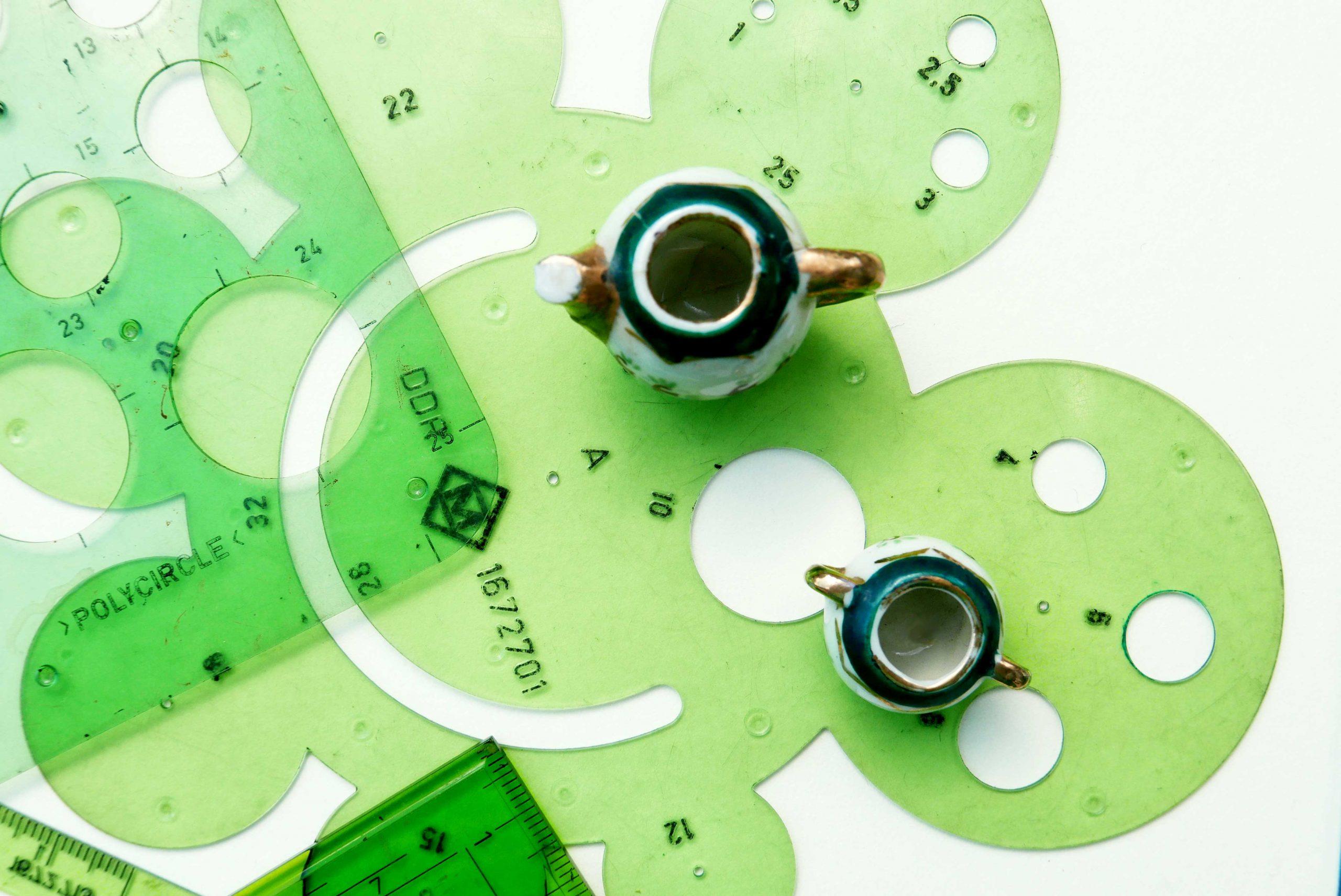 Kleinigkeiten und Maßstäbe Detailaufnahme mini Teekanne und Kreisschablone DDR