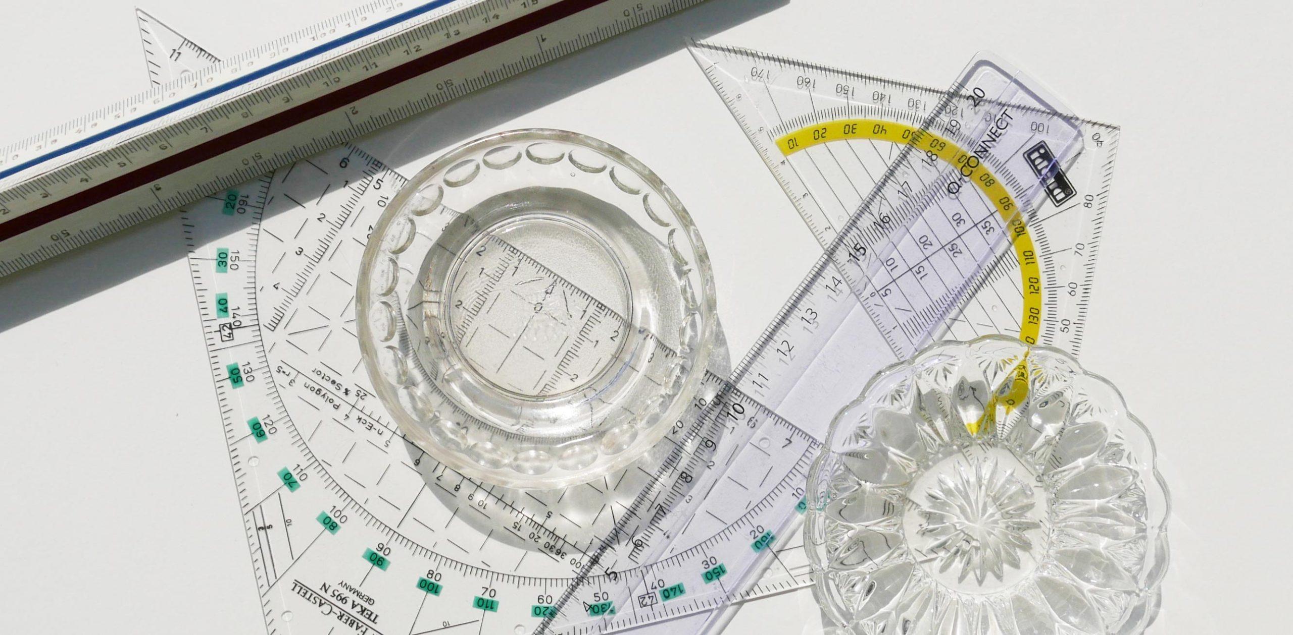 Transparente Geodreiecke und Glastellerchen