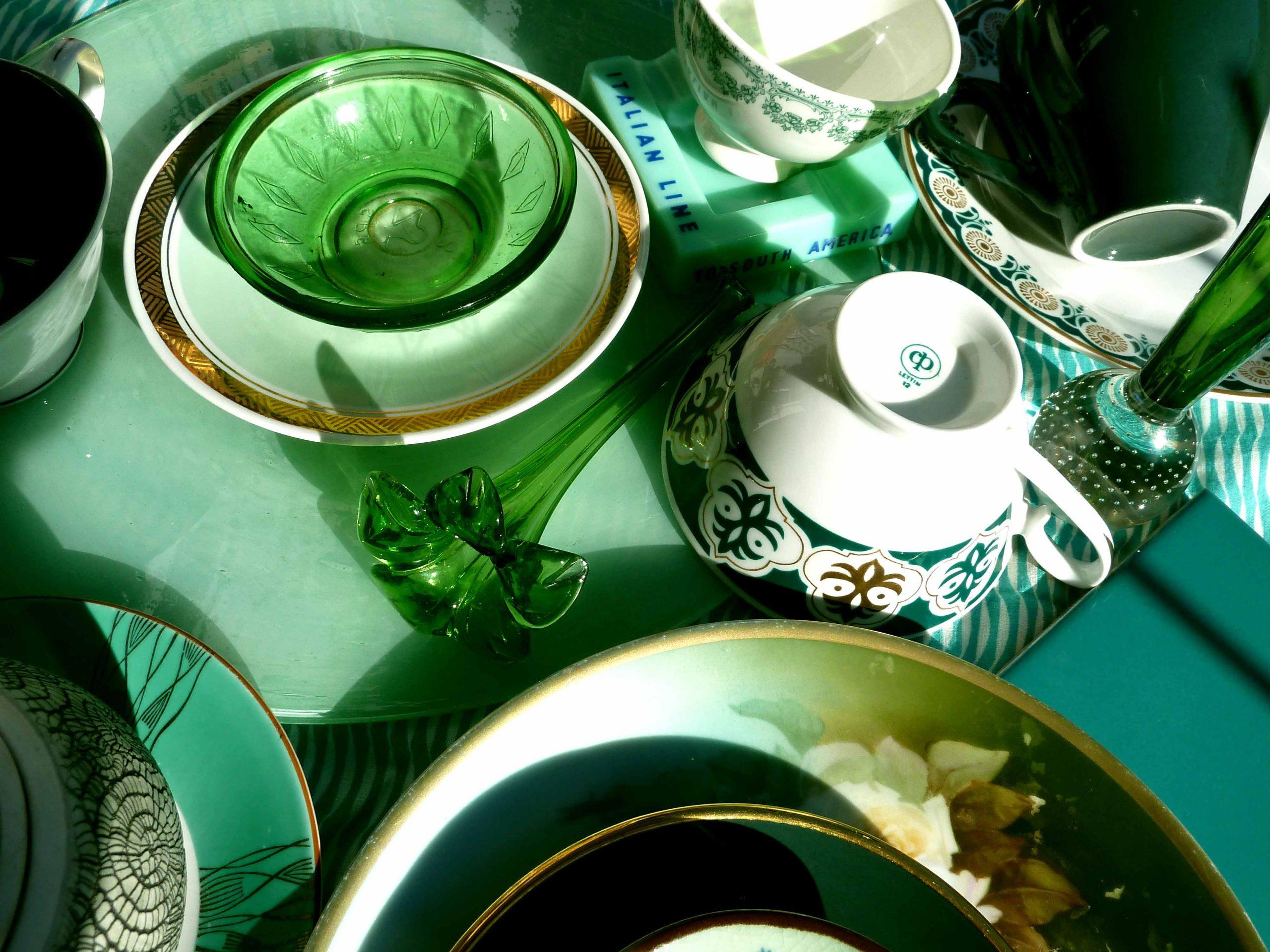 Grüne Glas und Porzellan Gegenstände in der Mai Sonne