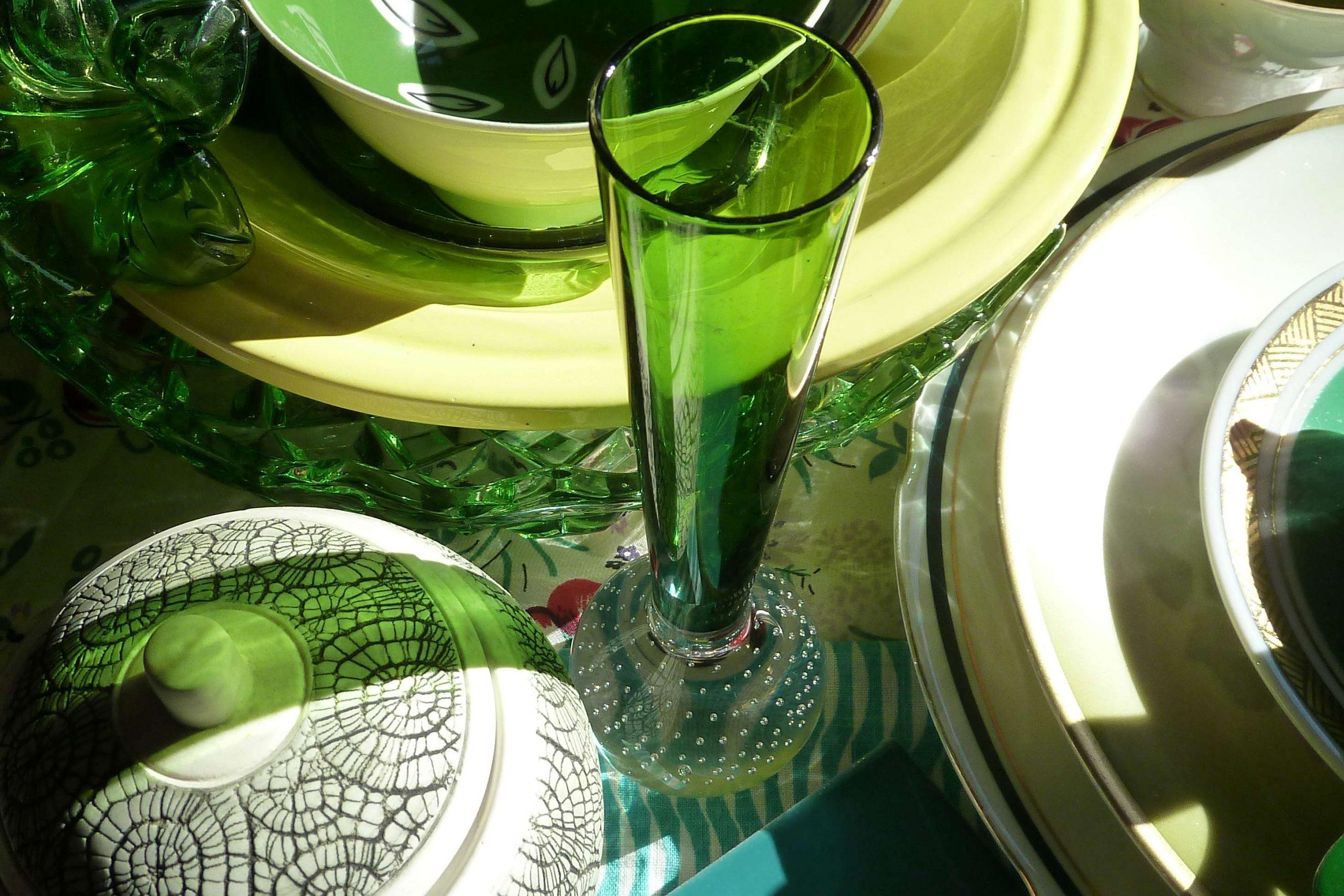 Detail grünes Porzellan und Glas in der Mai Sonne