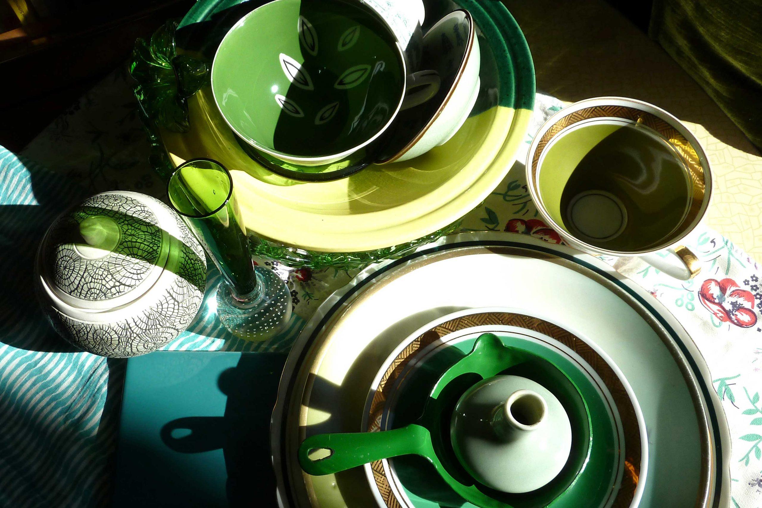 Grüne Vasen, Glas, Porzellan in Mai Sonne von oben gesehen