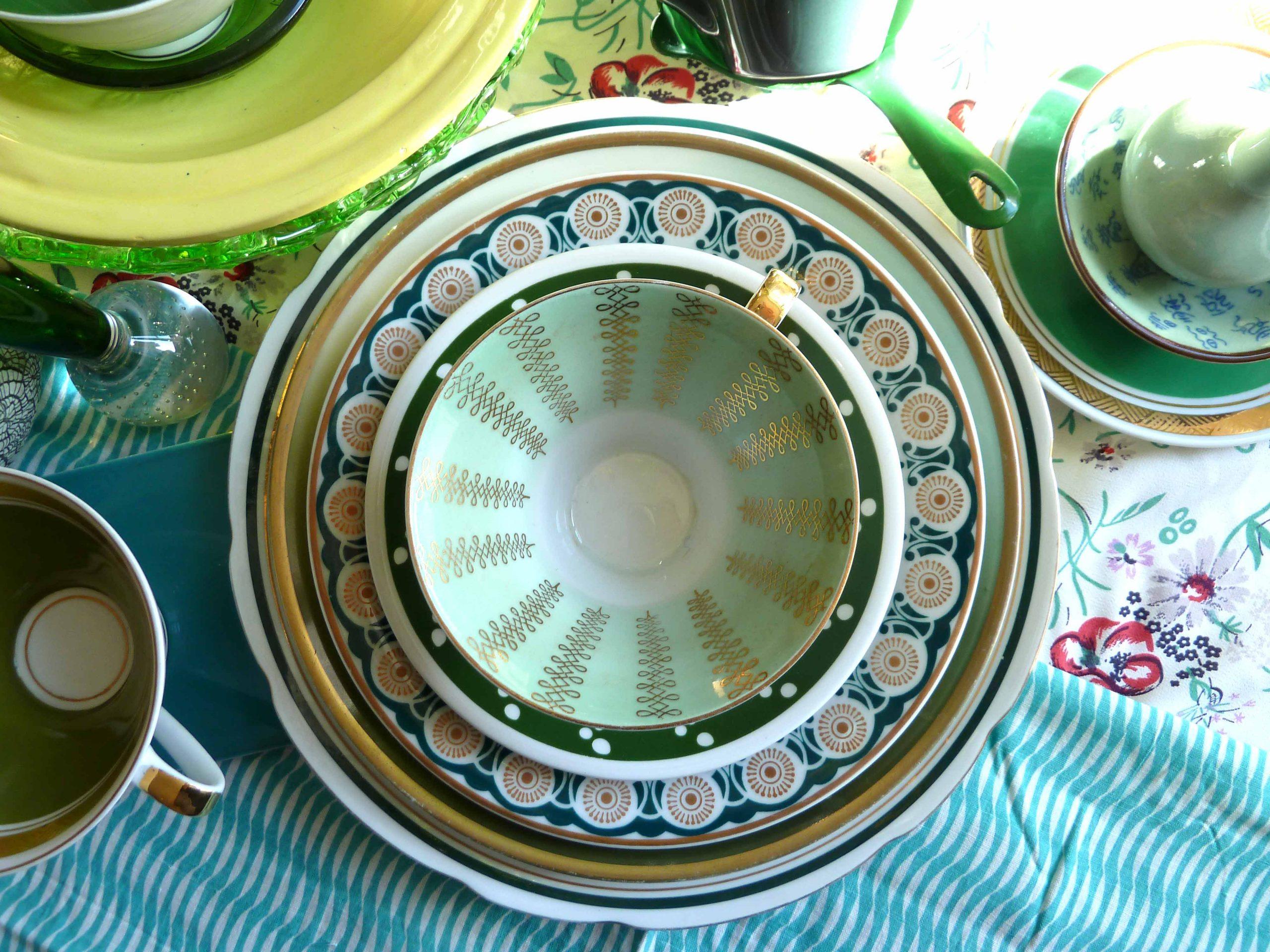 Grüne Tassen und Teller in Mai Sonne der Mai kommt immer überraschend