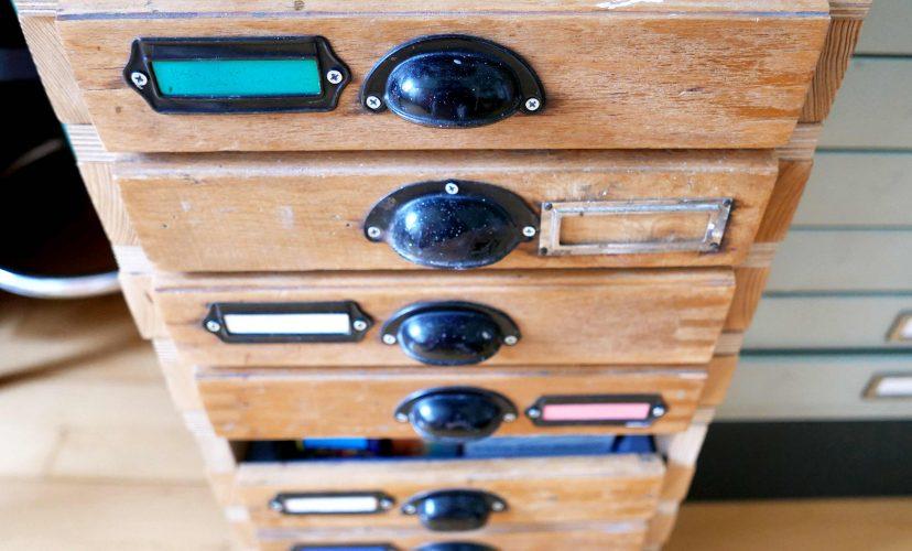 Ein Schubladenschrank von oben gesehen, altmodische Griffe