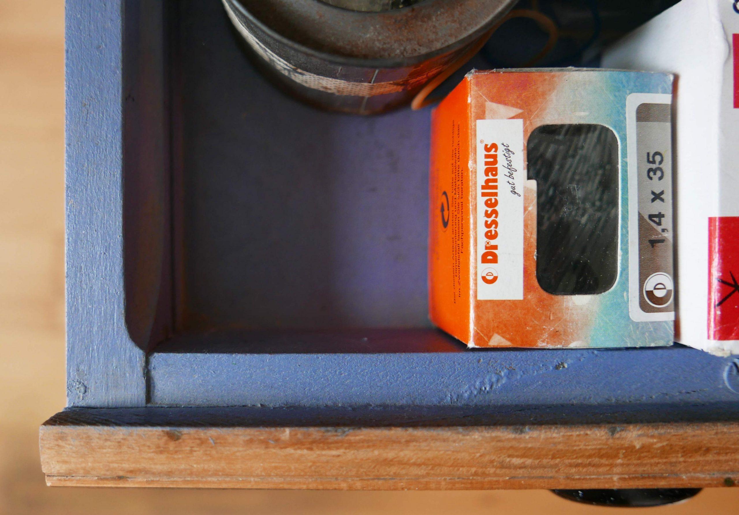 Innenraum der Schubladen im Schubladenschrank blau lackiert Schubladenschrank Provisorium das hält