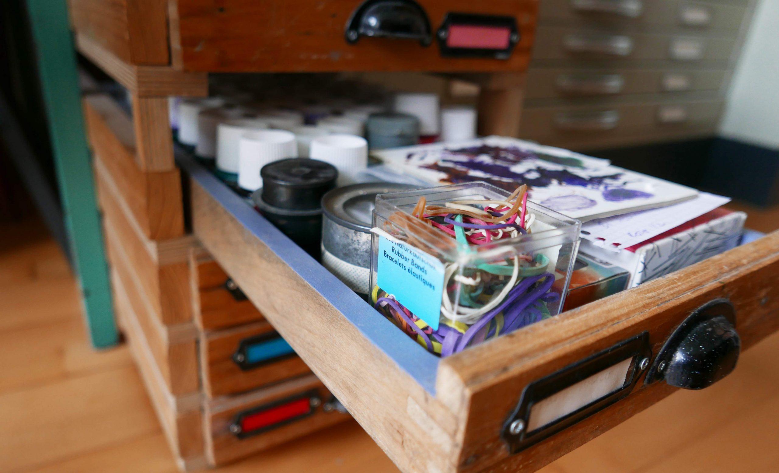 Ausgezogene Bleisatzschublade von selbstgemachtem Schubladenschrank