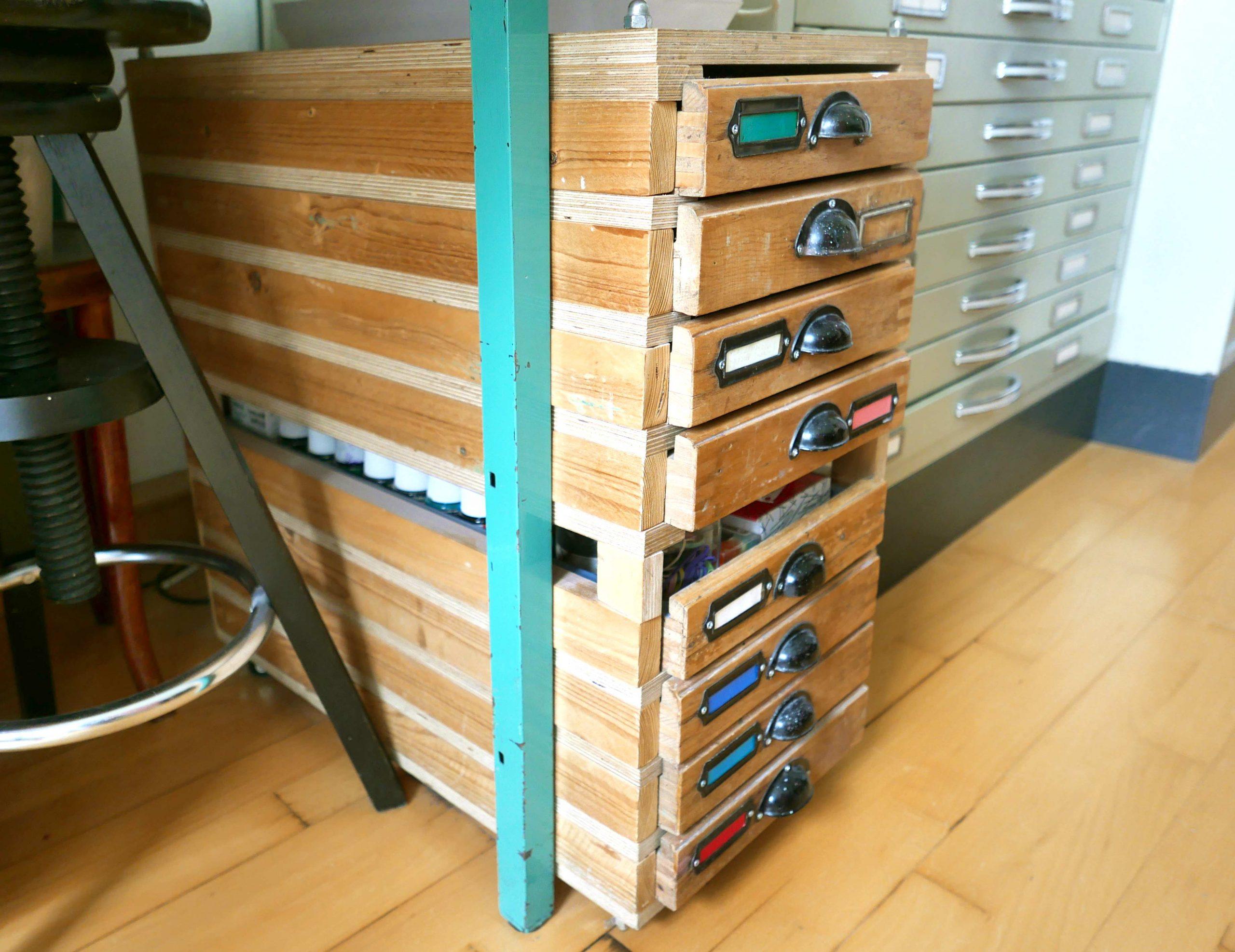 Schubladenschrank mit Bleisatzschubladen selbstgebaut Atelierschrank Provisorium das hält und hält und bleibt