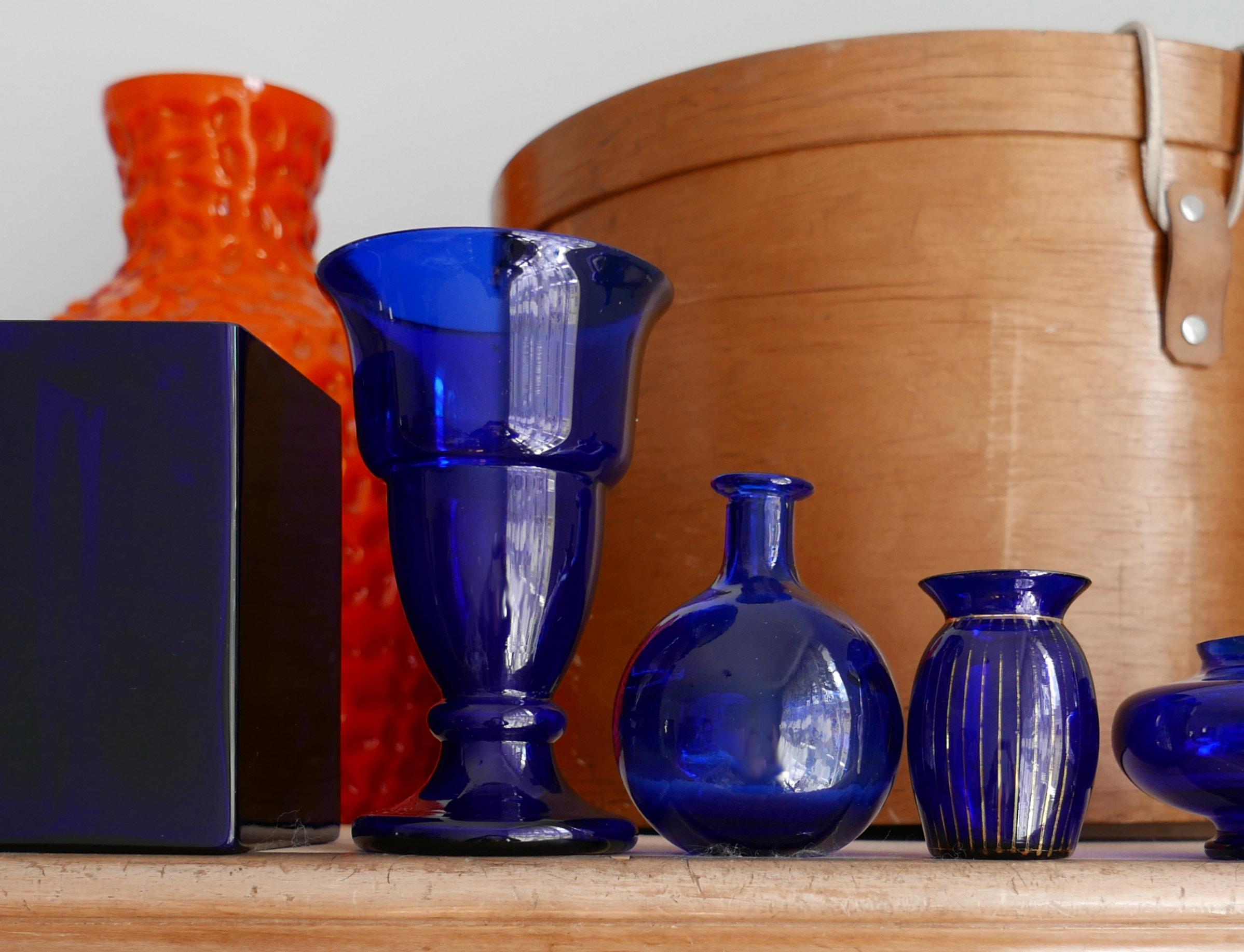 Blumenvasen aus dunkelblauem Glas viele Vasen keine Blumen