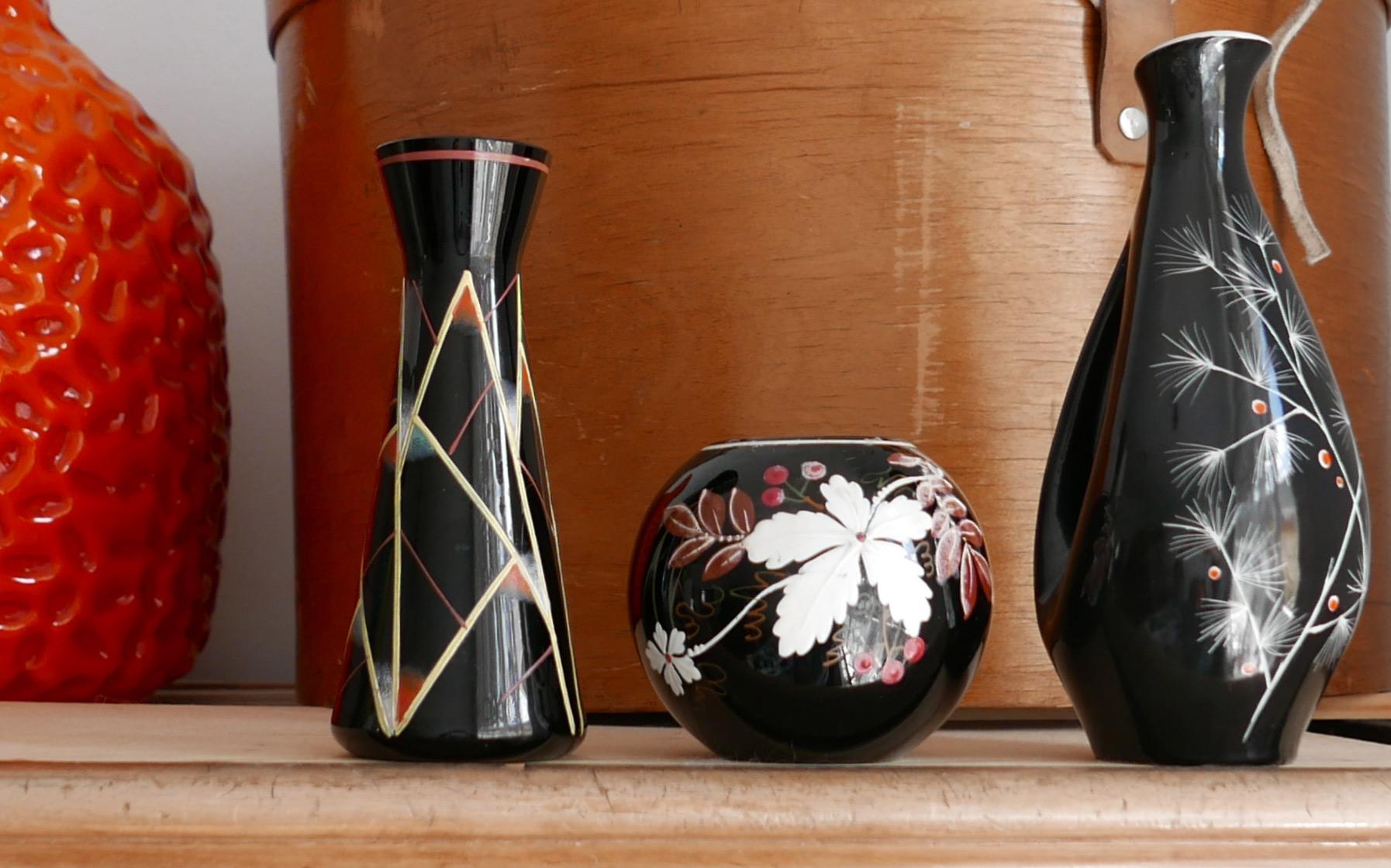 Schwarze Blumenvasen mit Bemalung