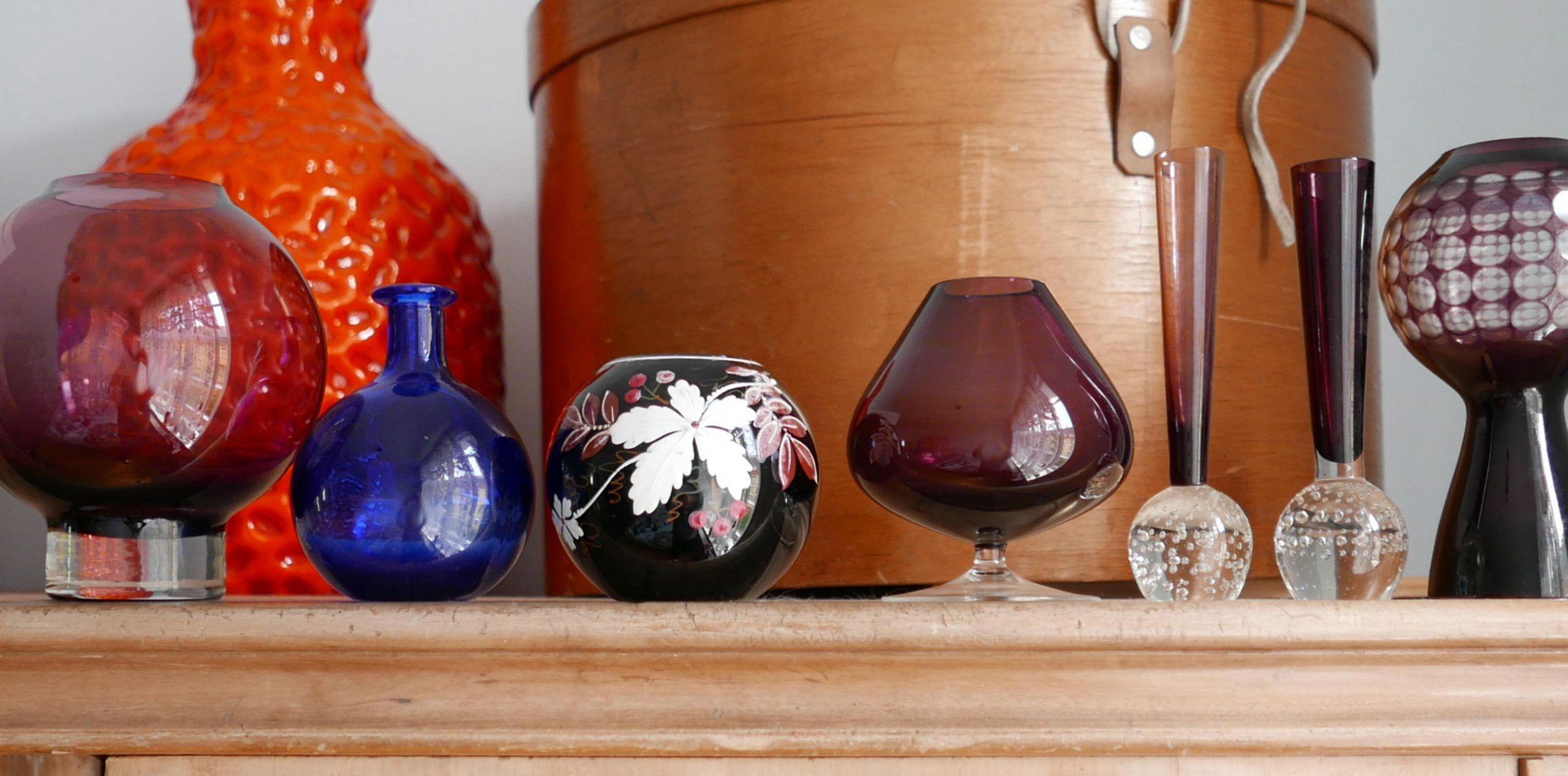 Sammlung violetter Vasen Kugelformen