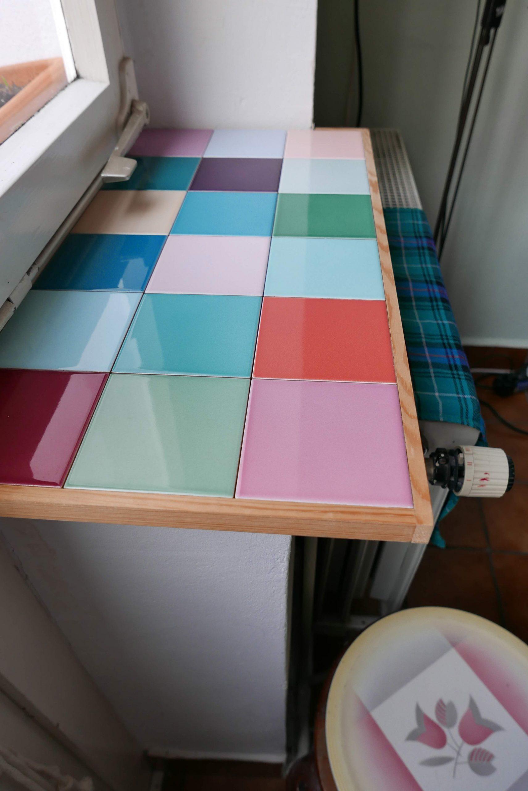 Seitenansicht der vergrößerten Fensterbank mit farbigen Fliesen