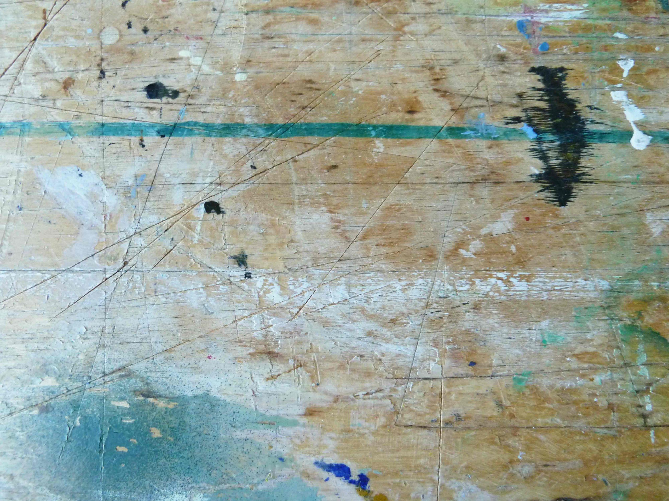 Arbeitstisch im Atelier, Oberfläche mit Schnittspuren und Farbflecken