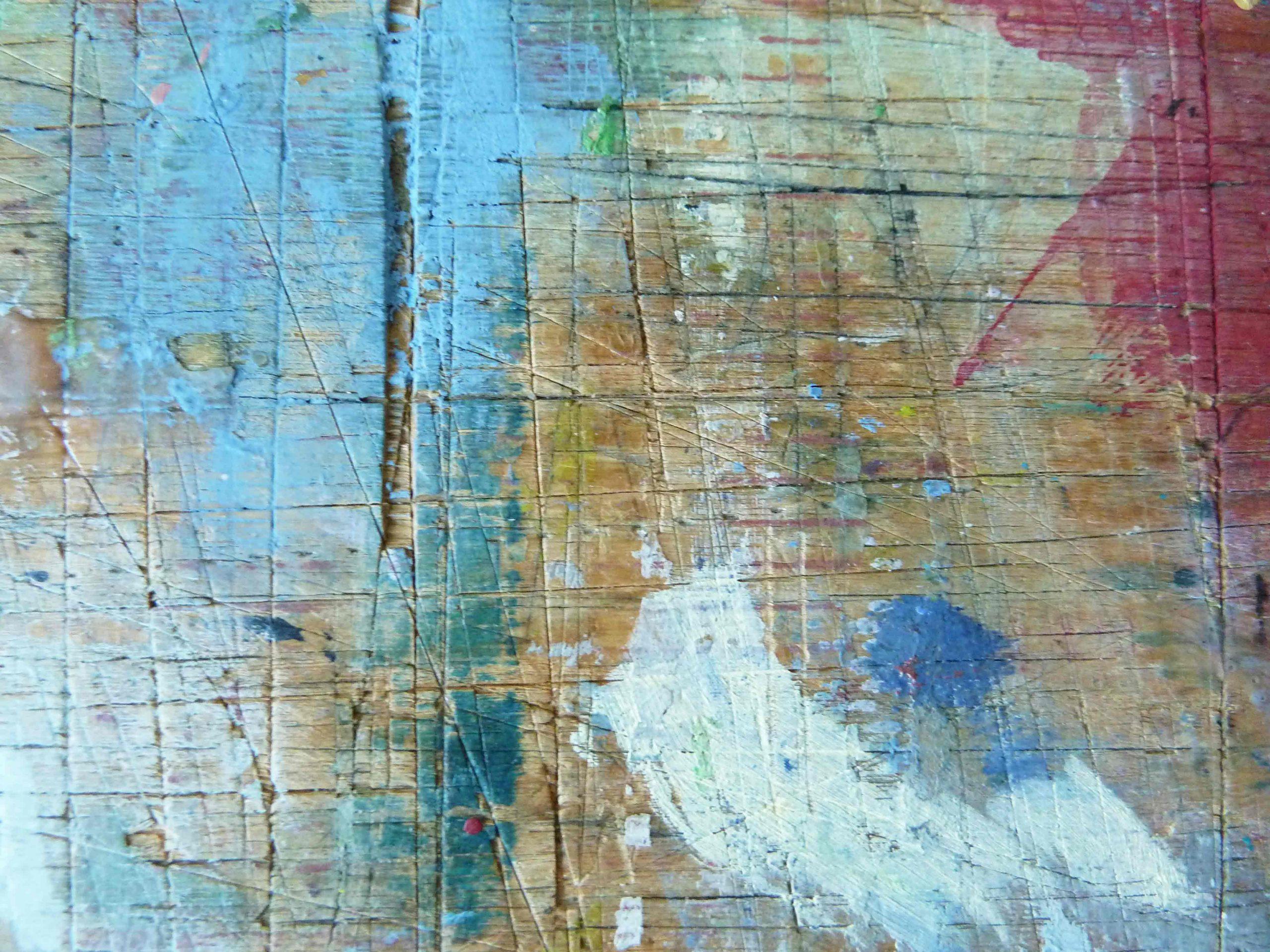 Arbeitstisch im Atelier mit Spuren von Farbe LInien und Flacke