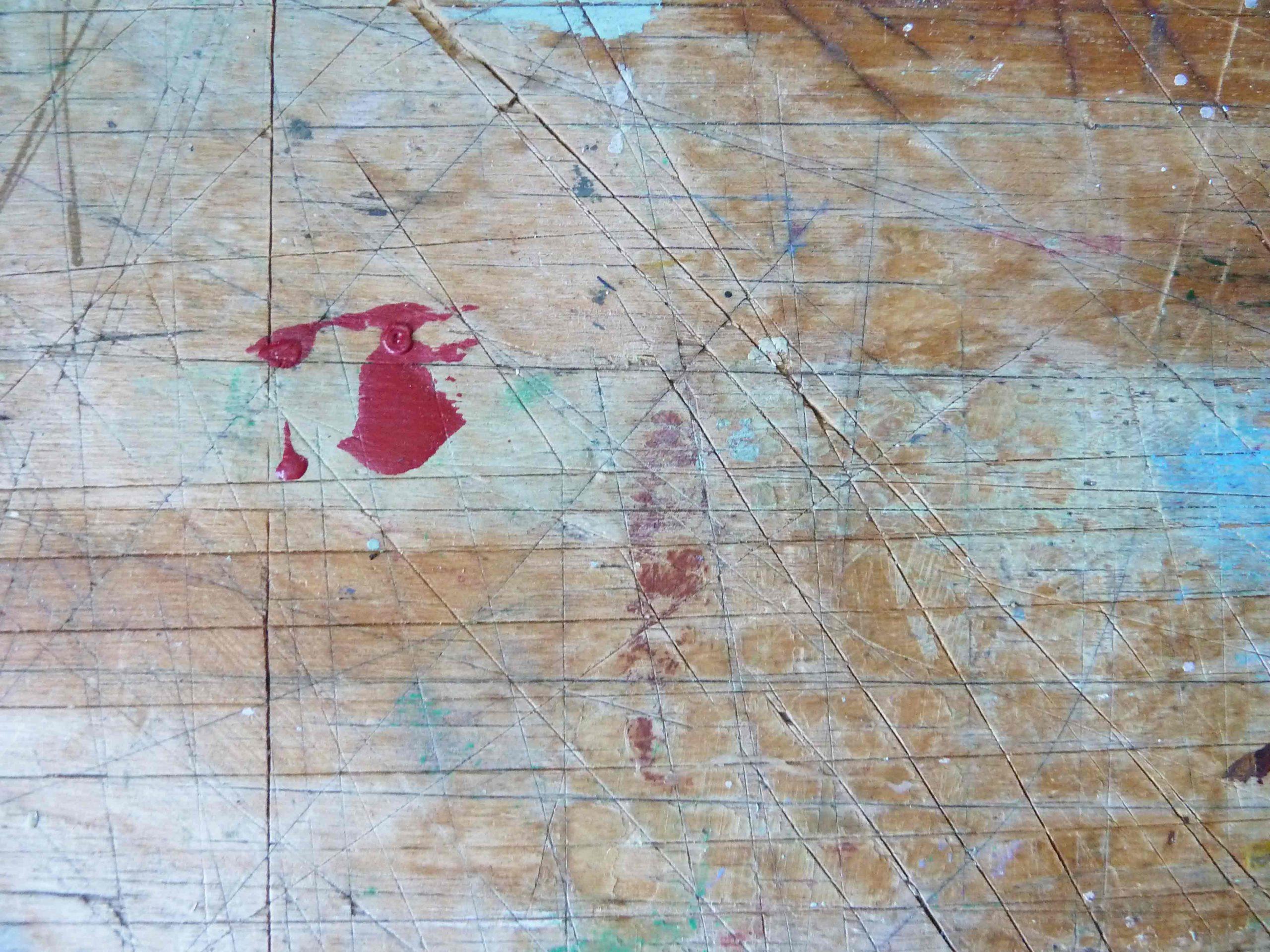 Ein Traum vom Sauraum Arbeitstisch rote Farbflecke auf Holztisch Oberfläche