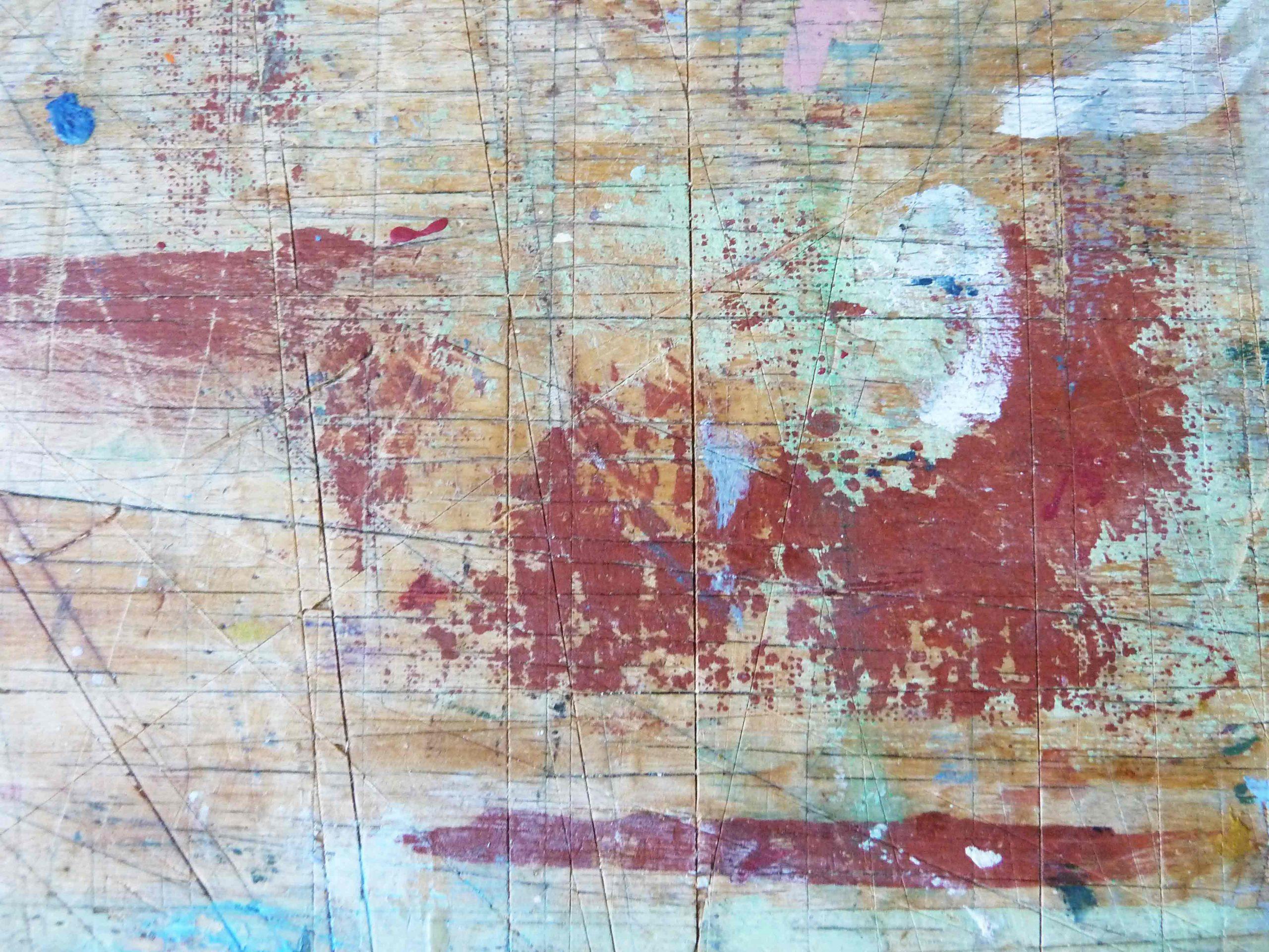 Ein Traum vom Sauraum Arbeitstisch im Atelier, Tischoberfläche mit roten Farbflecken