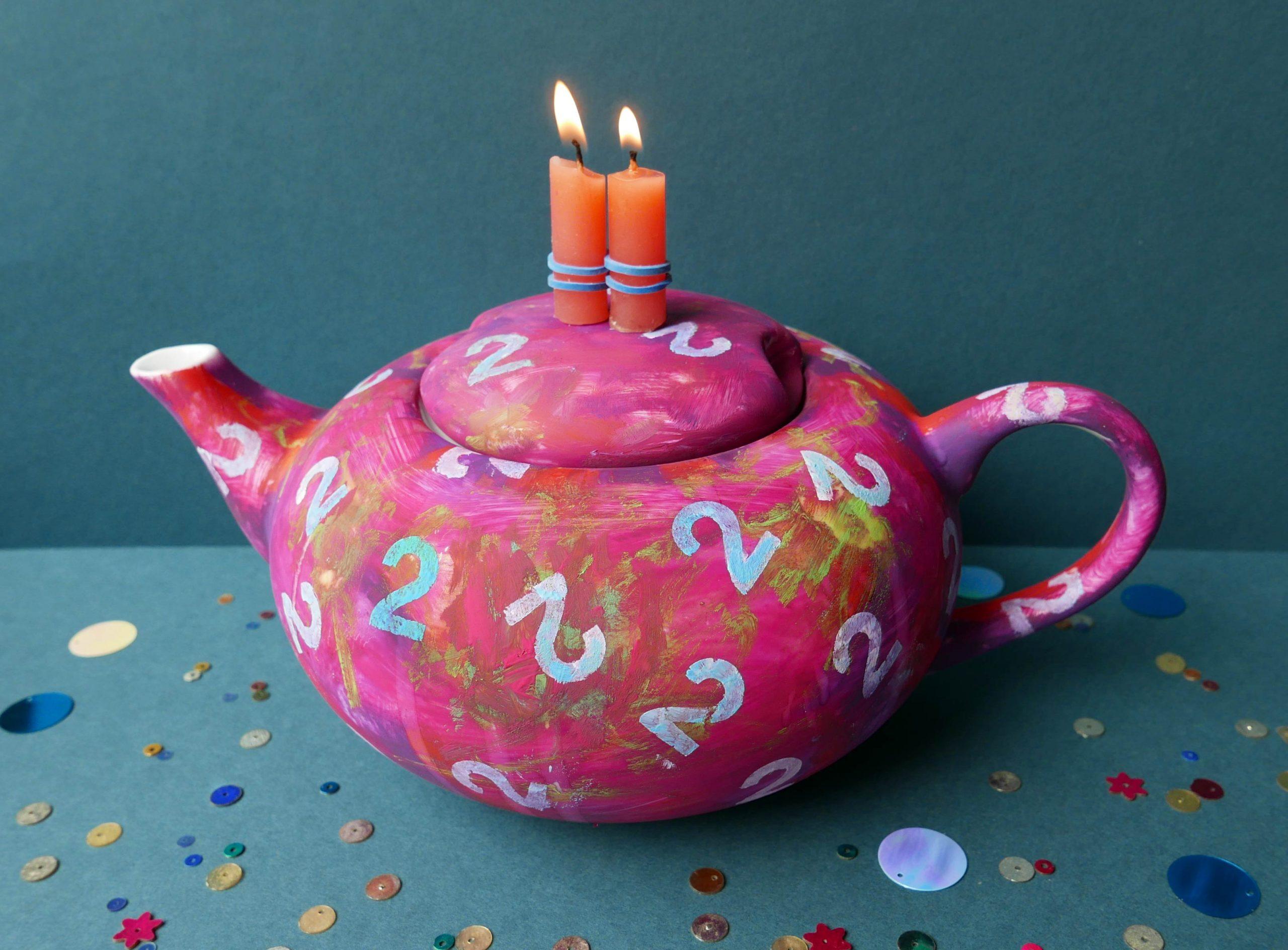 Porzellankanne Victim Pot gestaltet zum zweiten Bloggeburtstag mit Ziffer 2 und rotvioletter Farbe und 2 Kerzen
