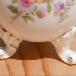 Gefäße mit Füßchen, eine ovale Porzellan Vase auf Tatzen